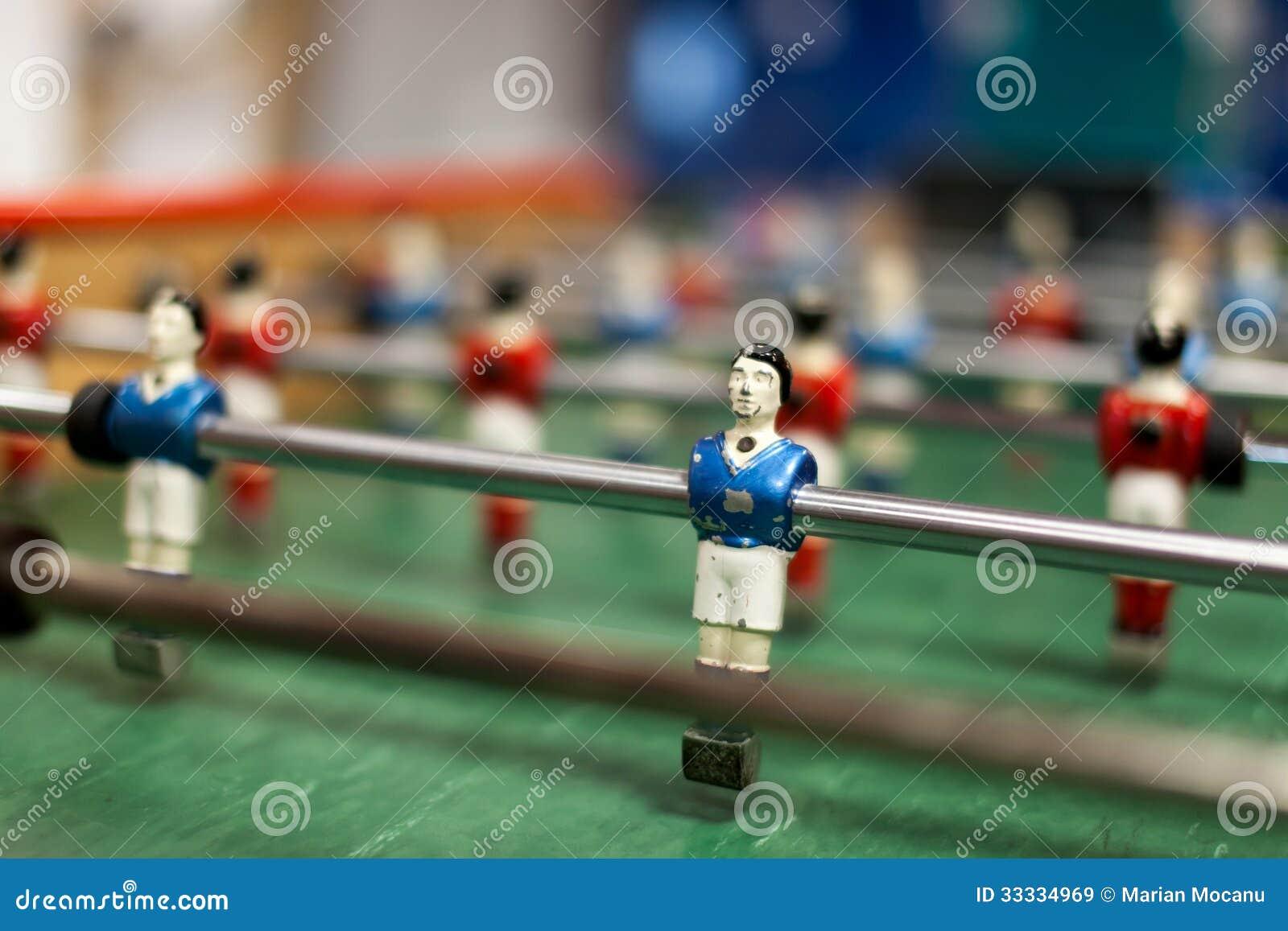红色对在桌橄榄球的蓝色