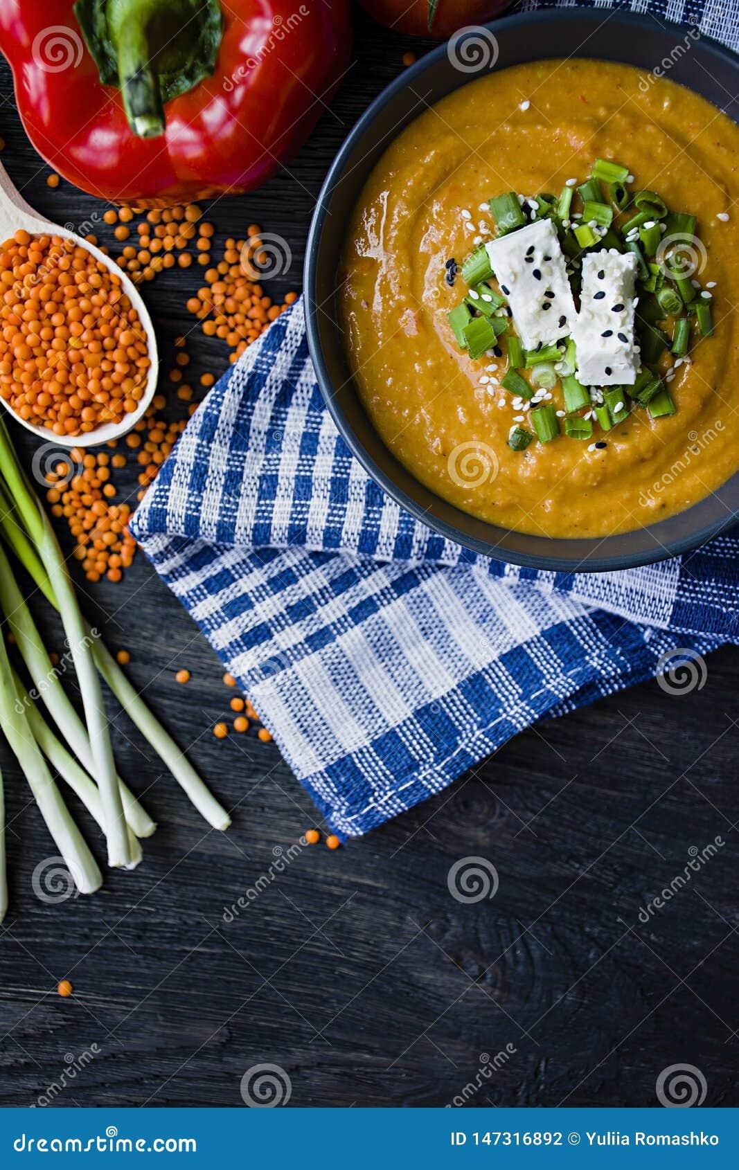 红色小扁豆奶油汤用新鲜蔬菜和绿色装饰了 素食者概念 r o