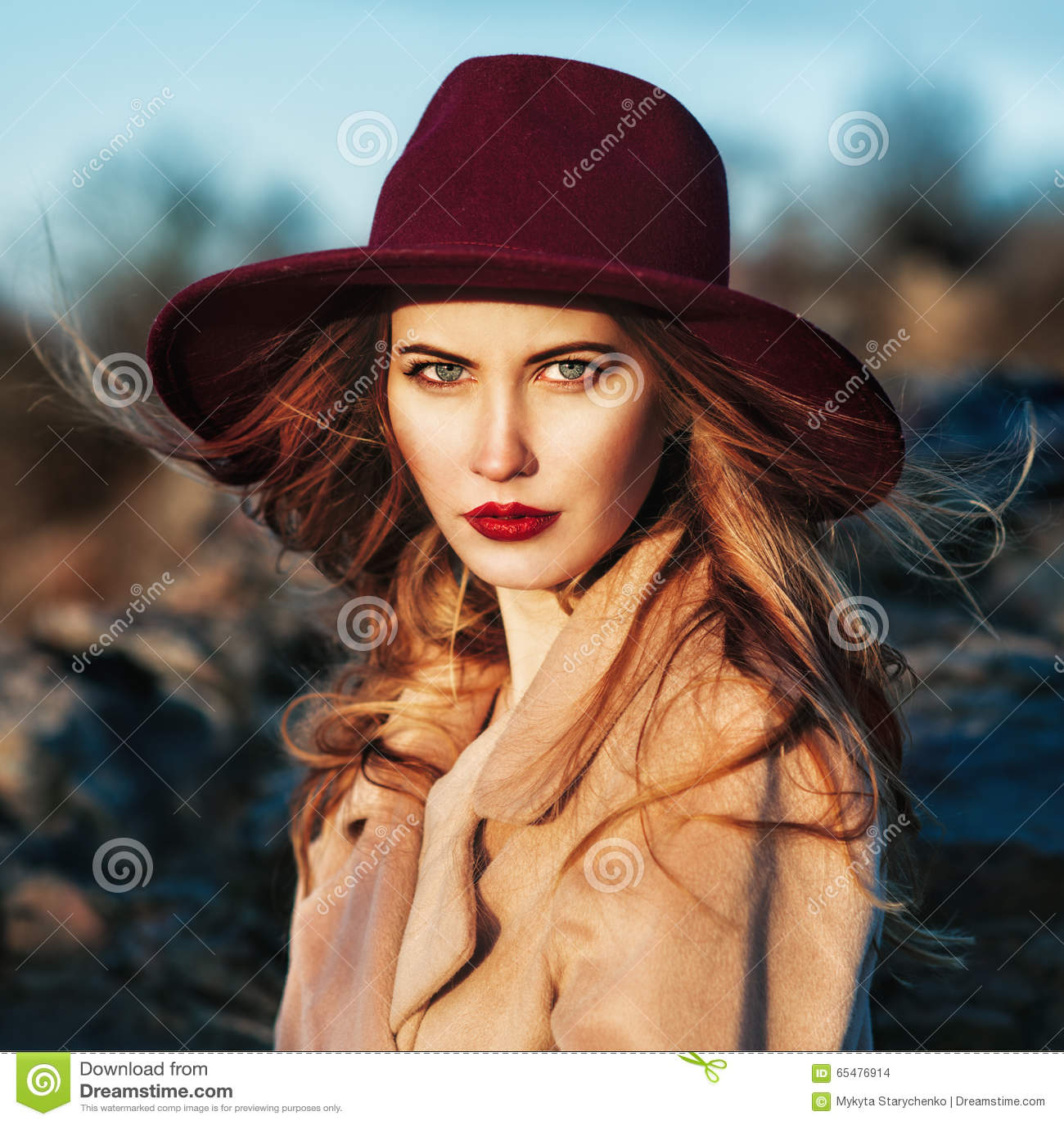 戴红色帽子的美丽的时髦的女人