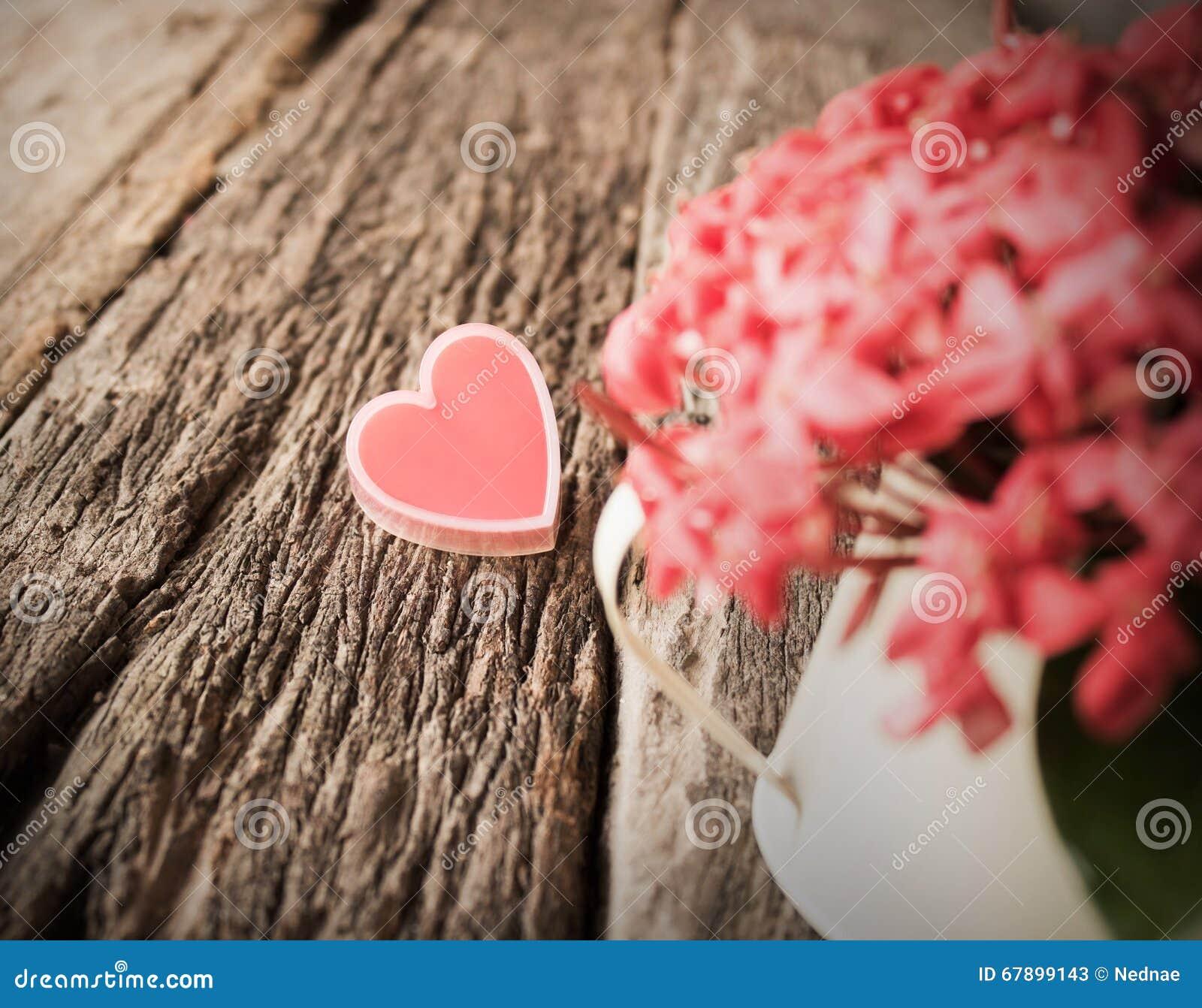 红色心脏和花