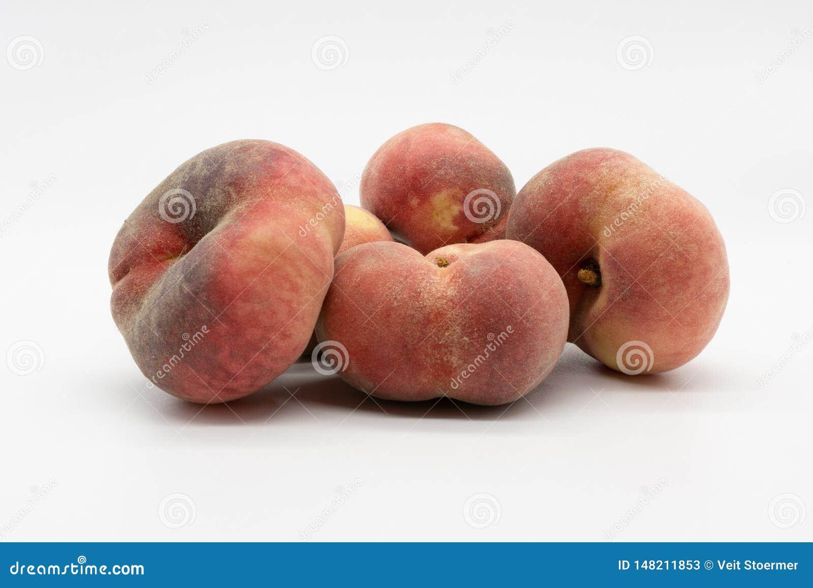 红色成熟可口和水多的葡萄园桃子