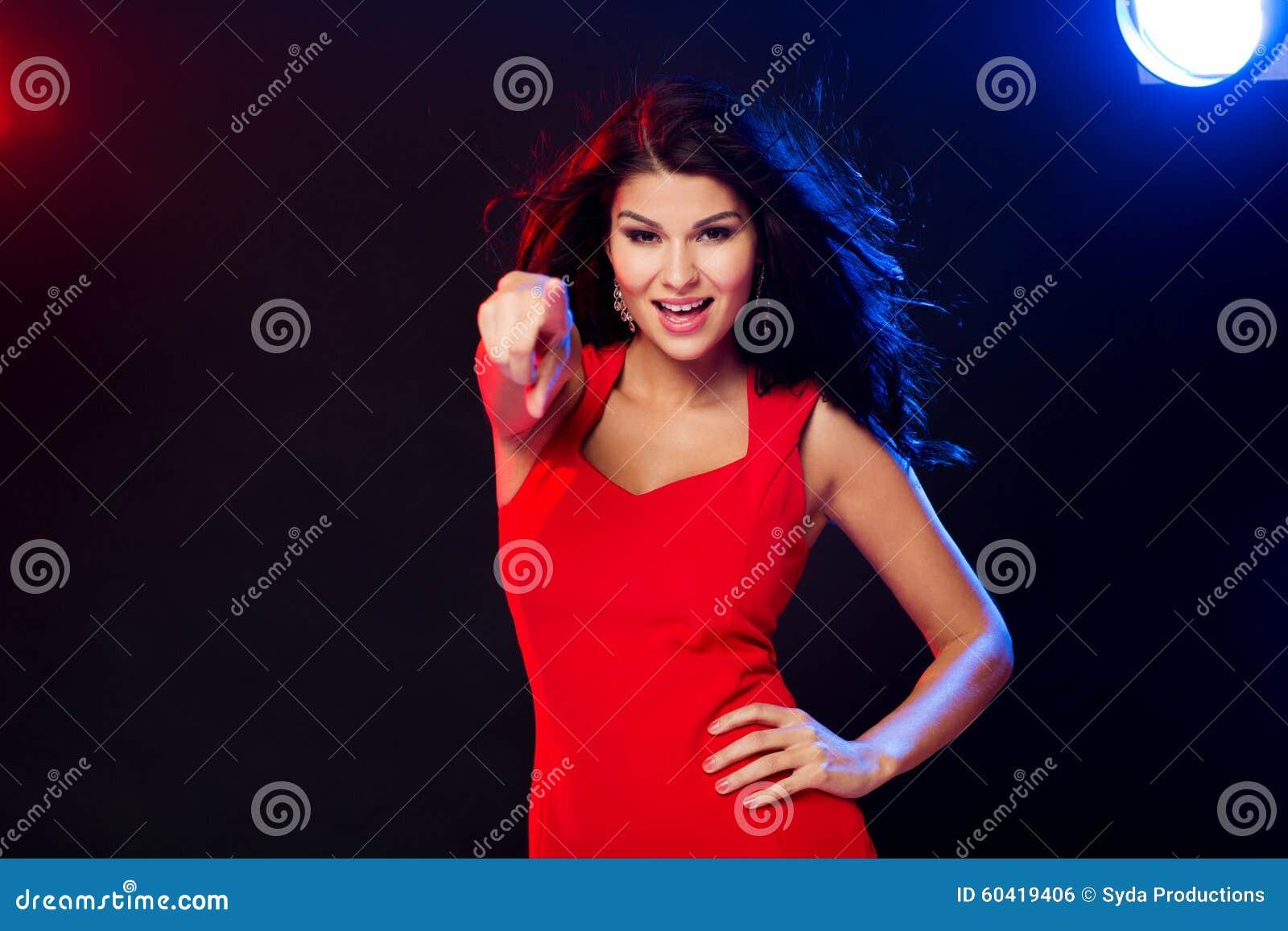 红色指向的性感的妇女在您夜总会