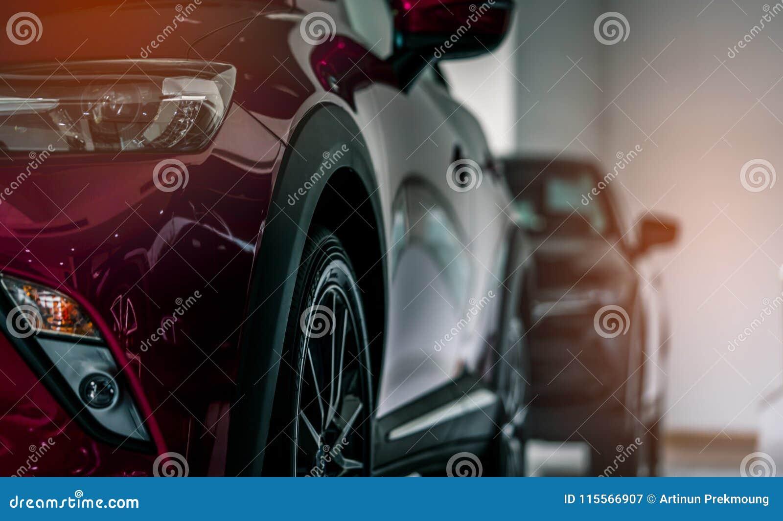 红色新的豪华SUV小型客车在现代陈列室里停放了待售 售车行办公室 汽车零售店 r