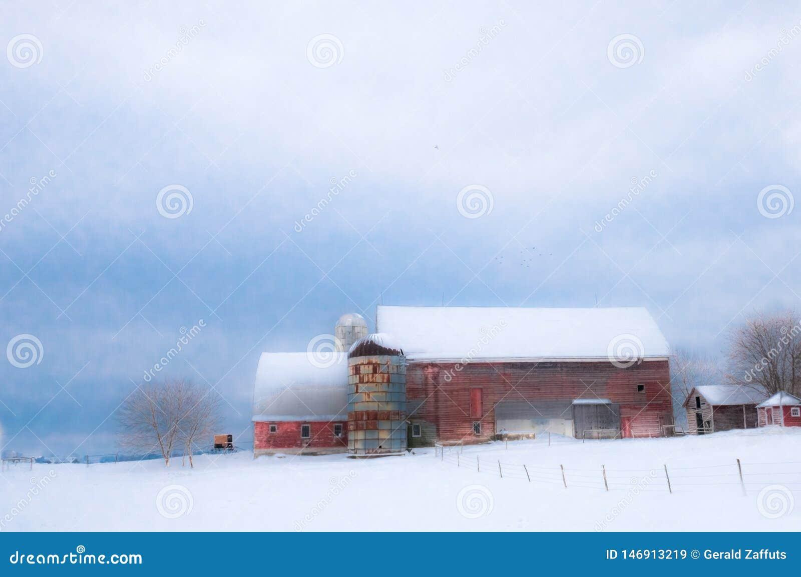 红色新英格兰谷仓在与雪的冬天