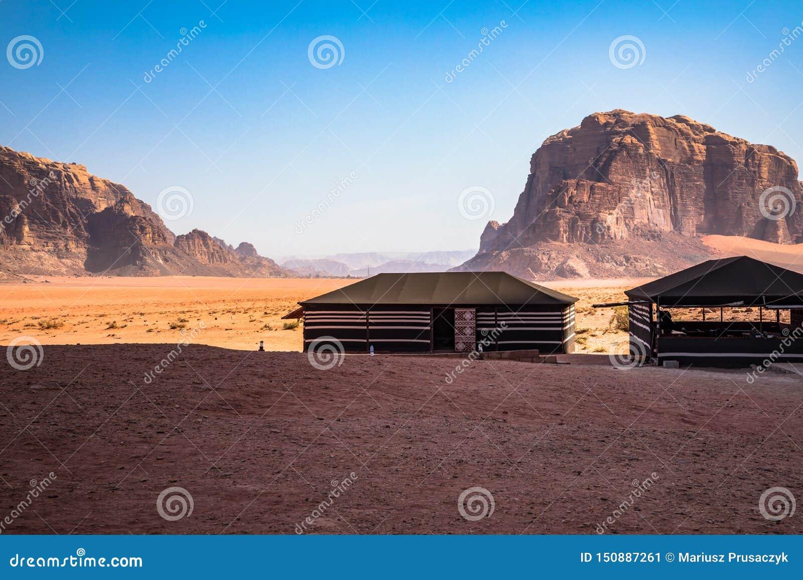红色沙子沙漠和流浪的阵营晴朗的夏日在瓦地伦,约旦 r