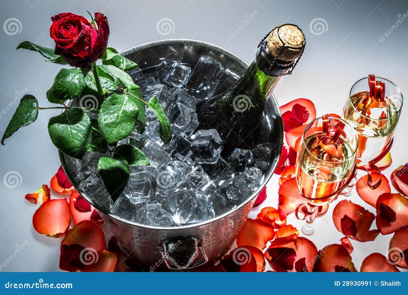 红色玫瑰和香槟特写镜头
