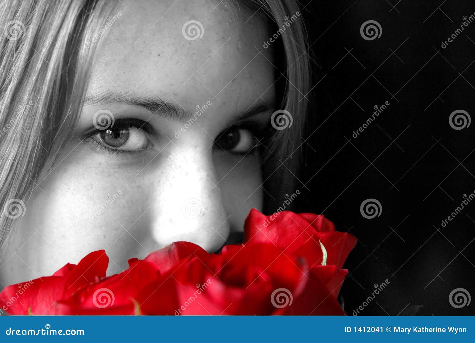 红色玫瑰嗅到