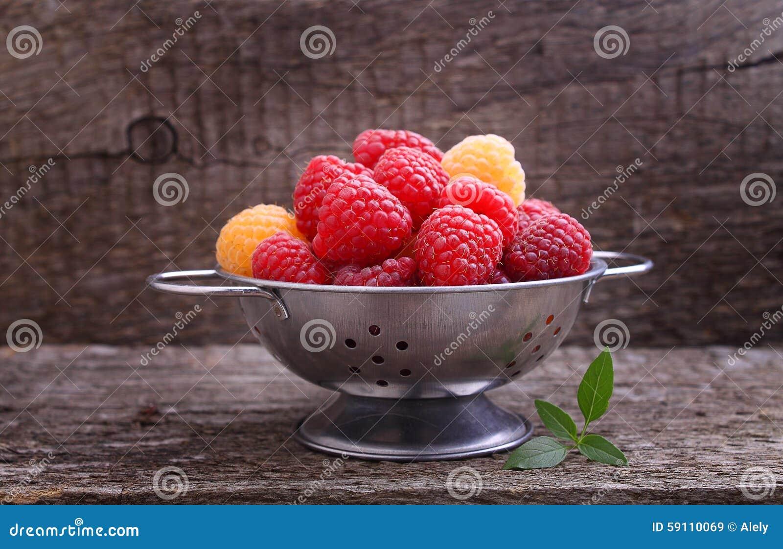红色的莓果和黄色莓