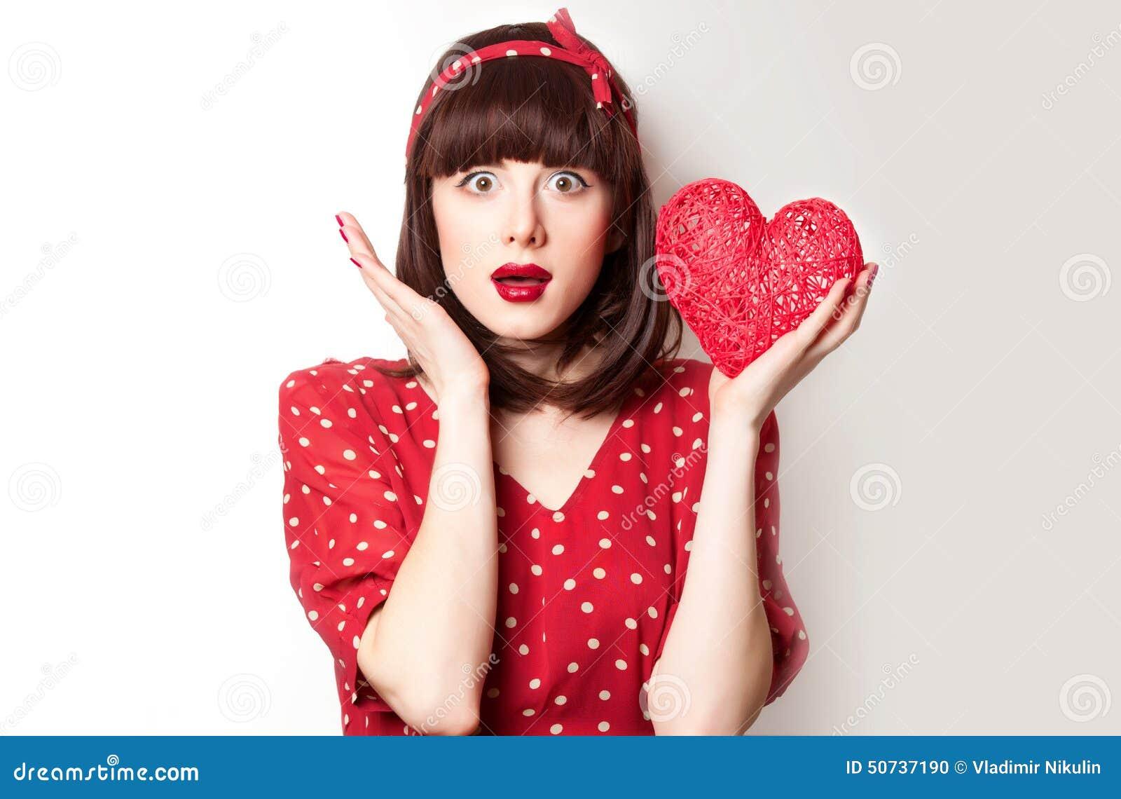 红色礼服的女孩有玩具的