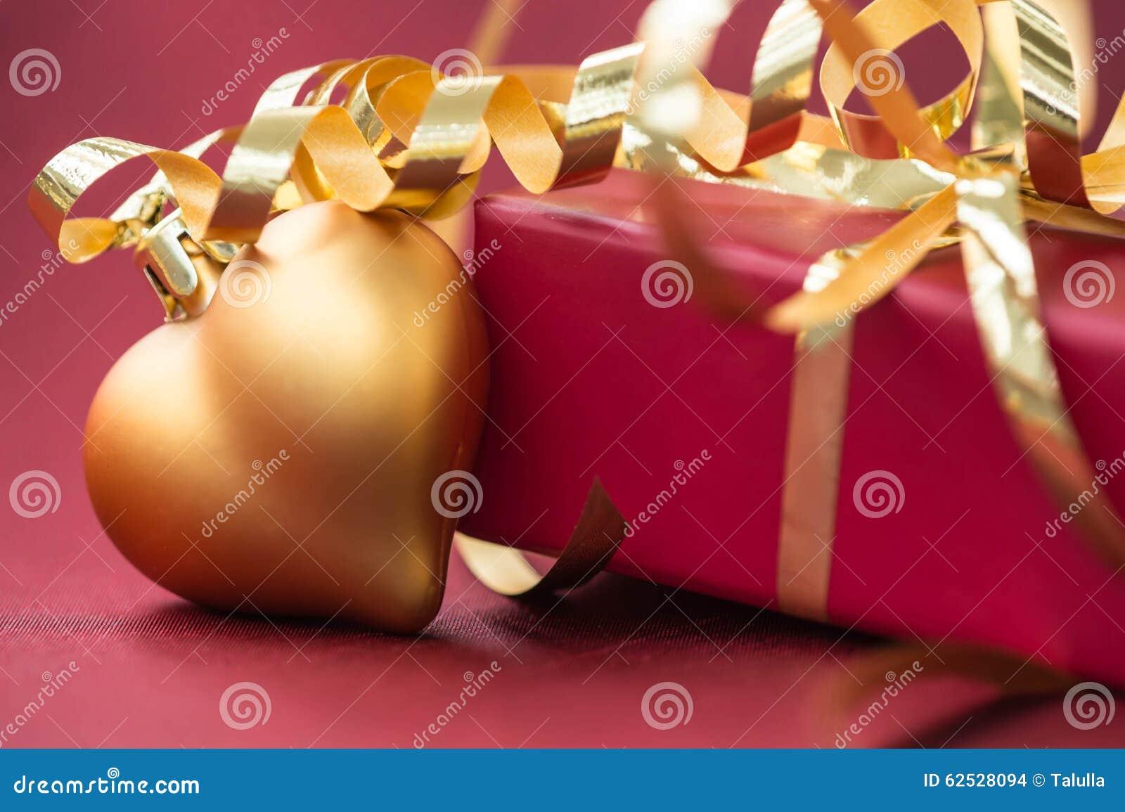 红色礼物盒和圣诞节装饰以心脏的形式