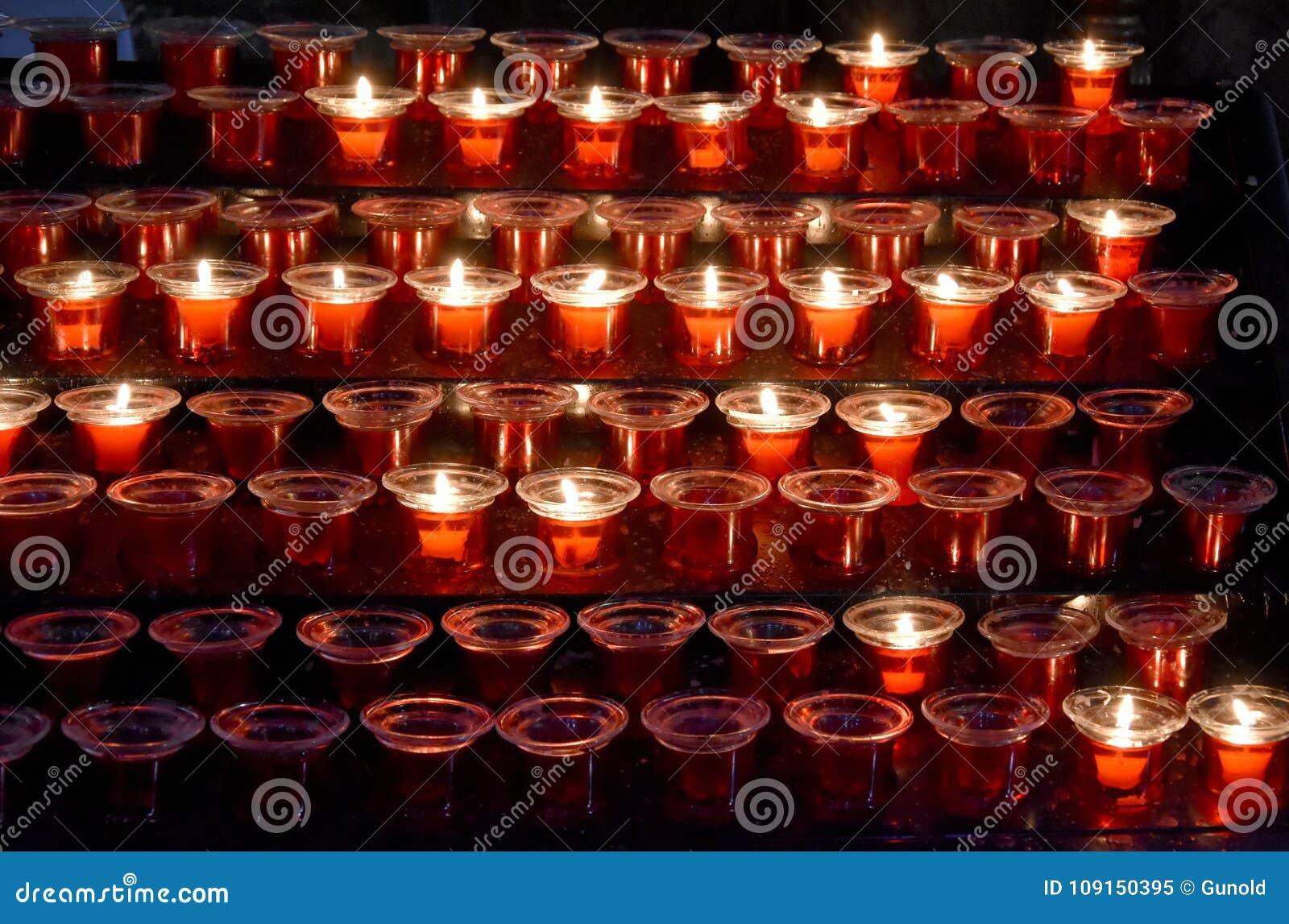 红色祷告蜡烛在教会里