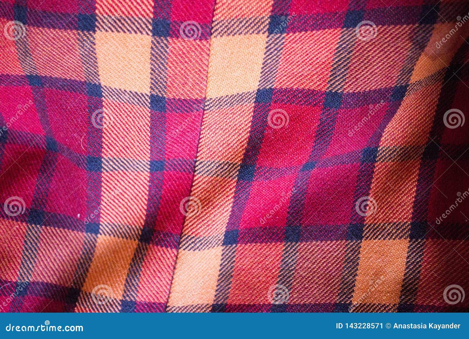红色羊毛格子花呢披肩织品的纹理