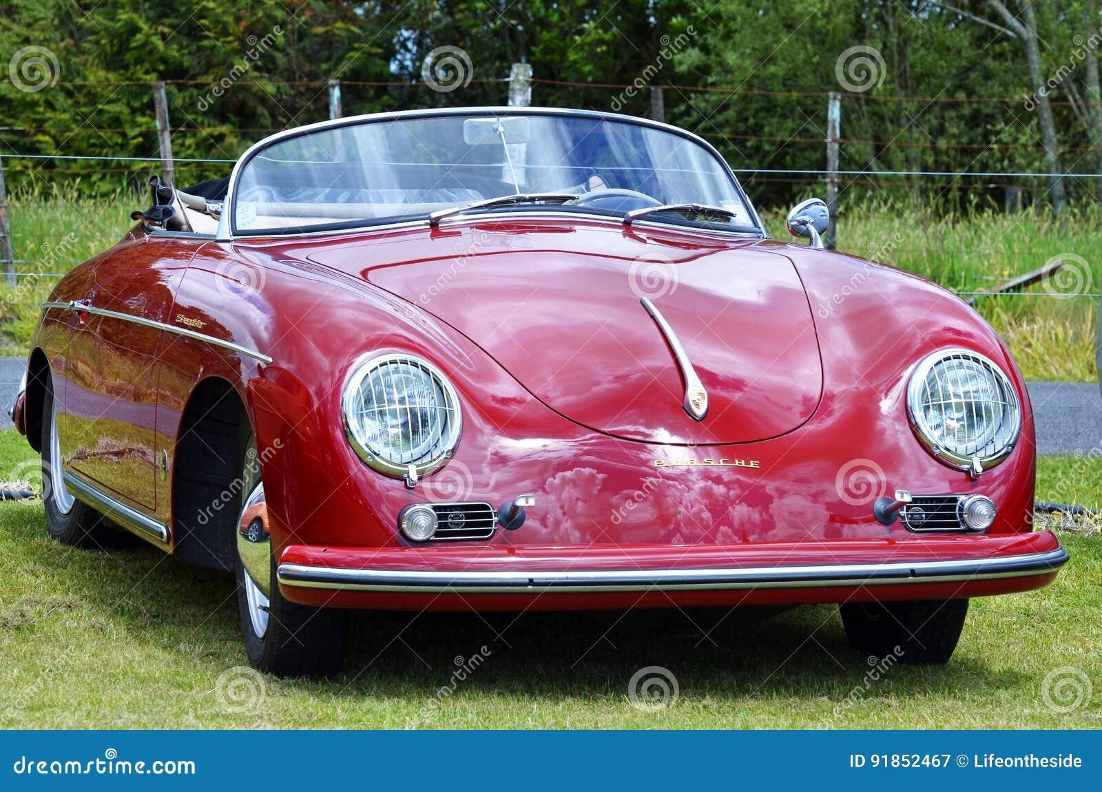 红色葡萄酒减速火箭的1958年保时捷356 Speedster体育汽车