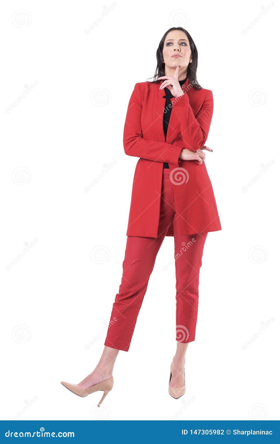 红色衣服的聪明的年轻女商人与在下巴的手指认为为解答的查寻