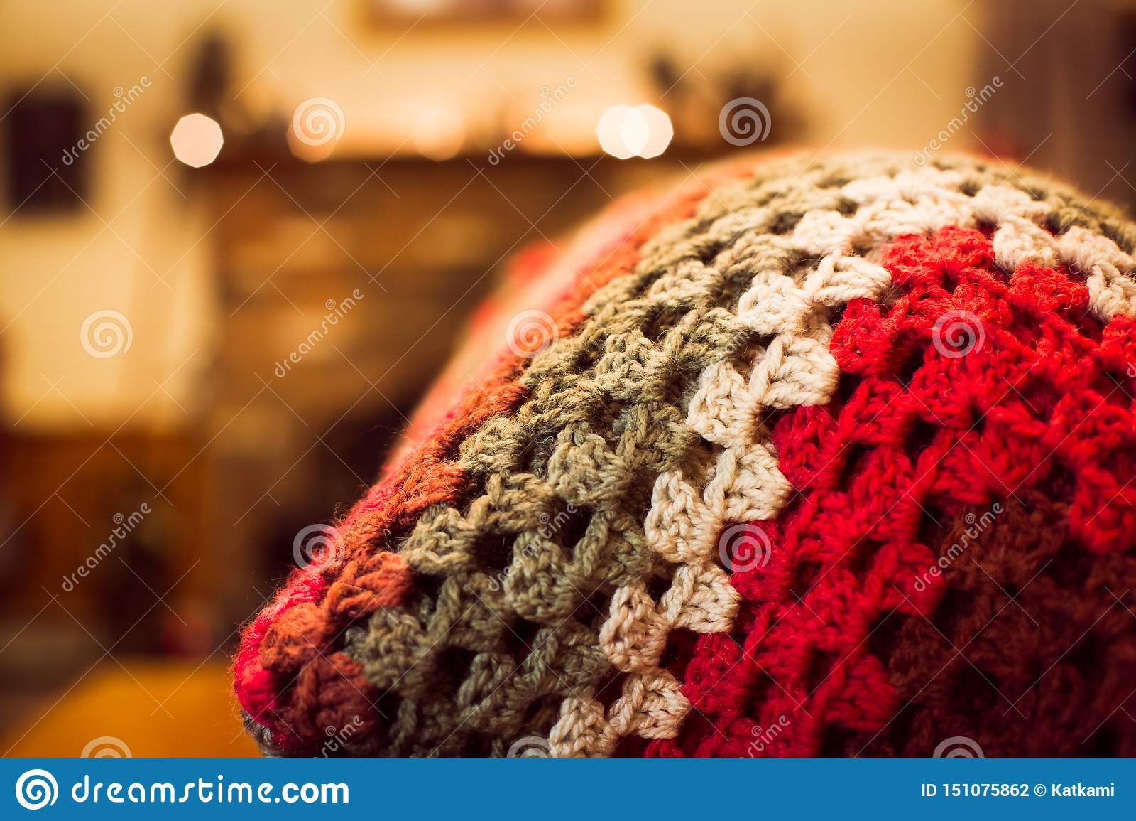 红色被定调子的钩针编织毯子在一个沙发背面在家庭娱乐室