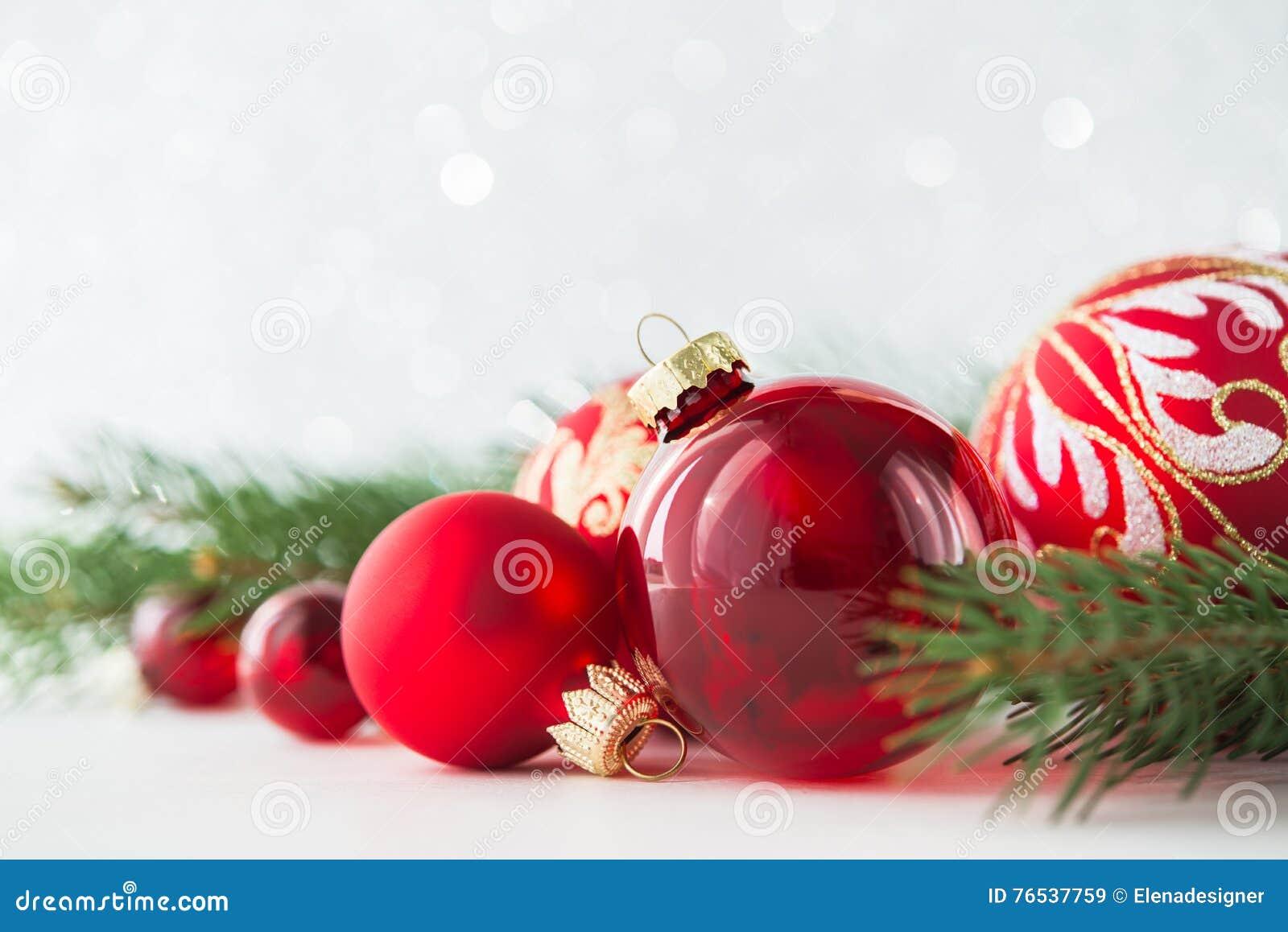 红色装饰品和xmas树在闪烁假日背景 圣诞快乐看板卡