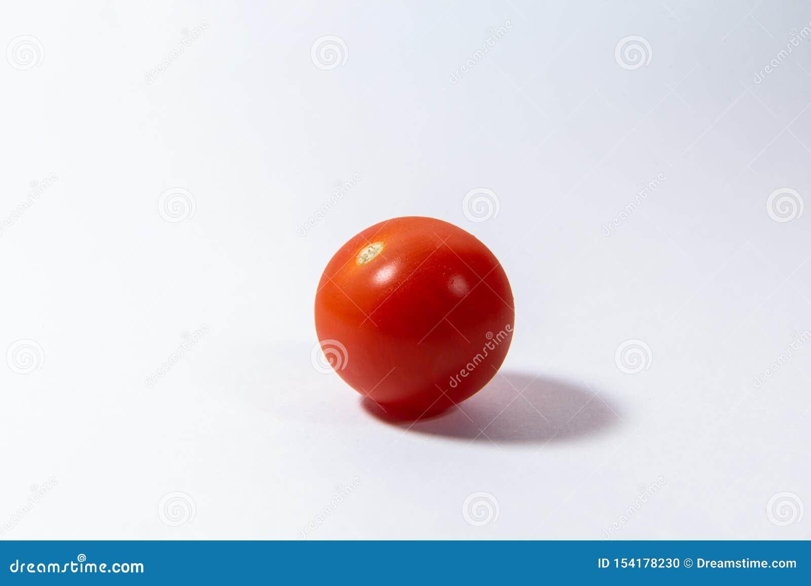 红色西红柿在白色背景说谎