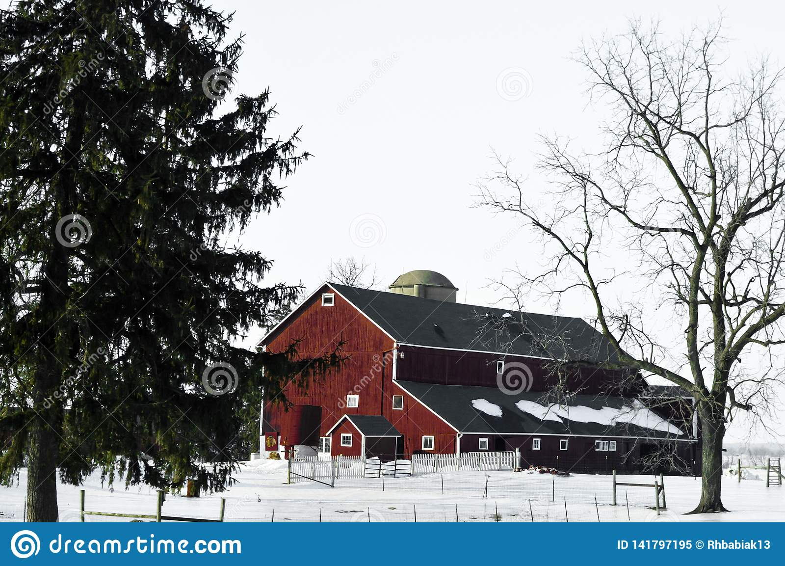 红色谷仓在与雪的冬天