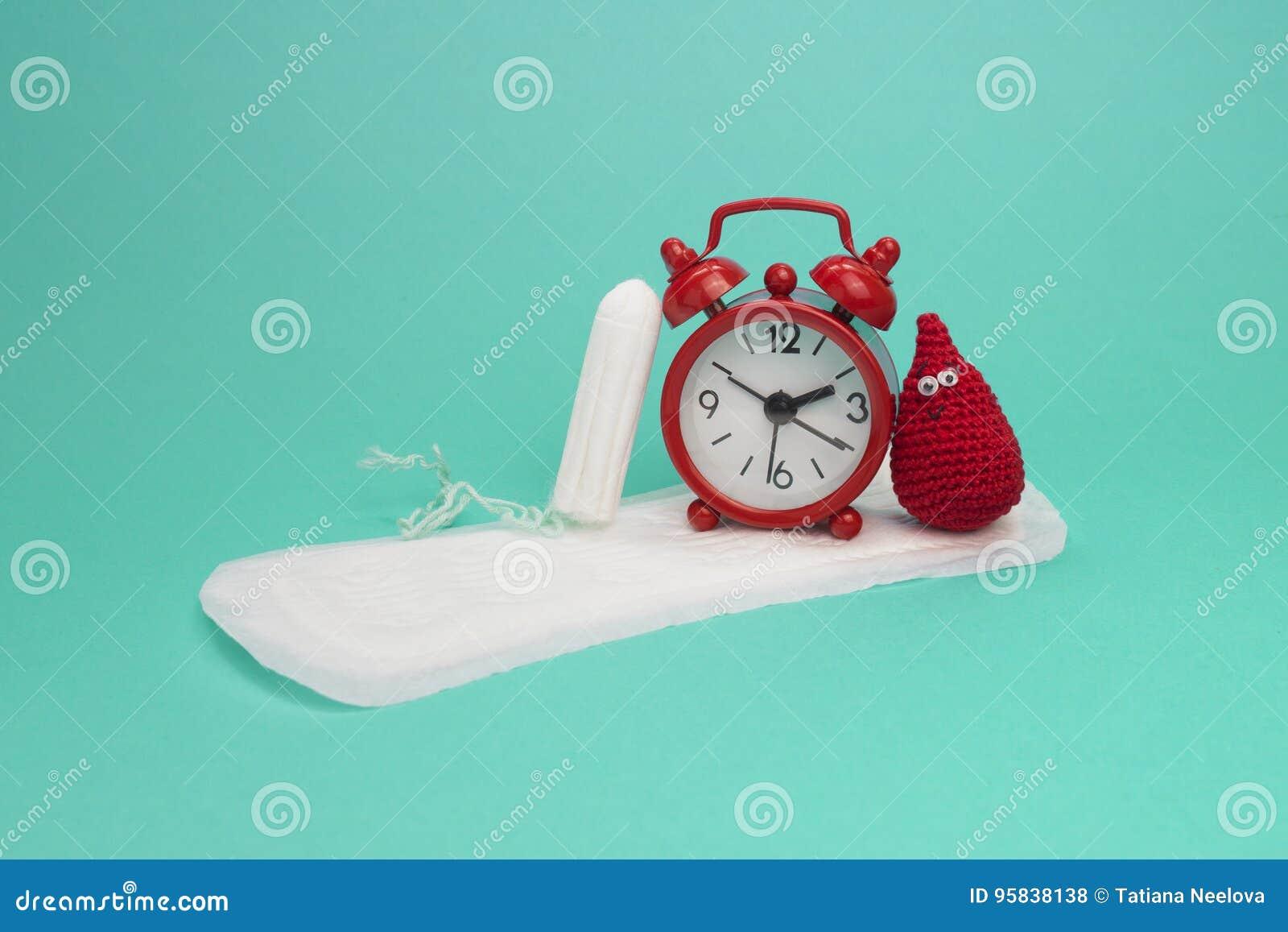 红色闹钟、微笑钩针编织血液下落、每日月经垫和棉塞 月经有益健康的妇女卫生学 妇女重要天