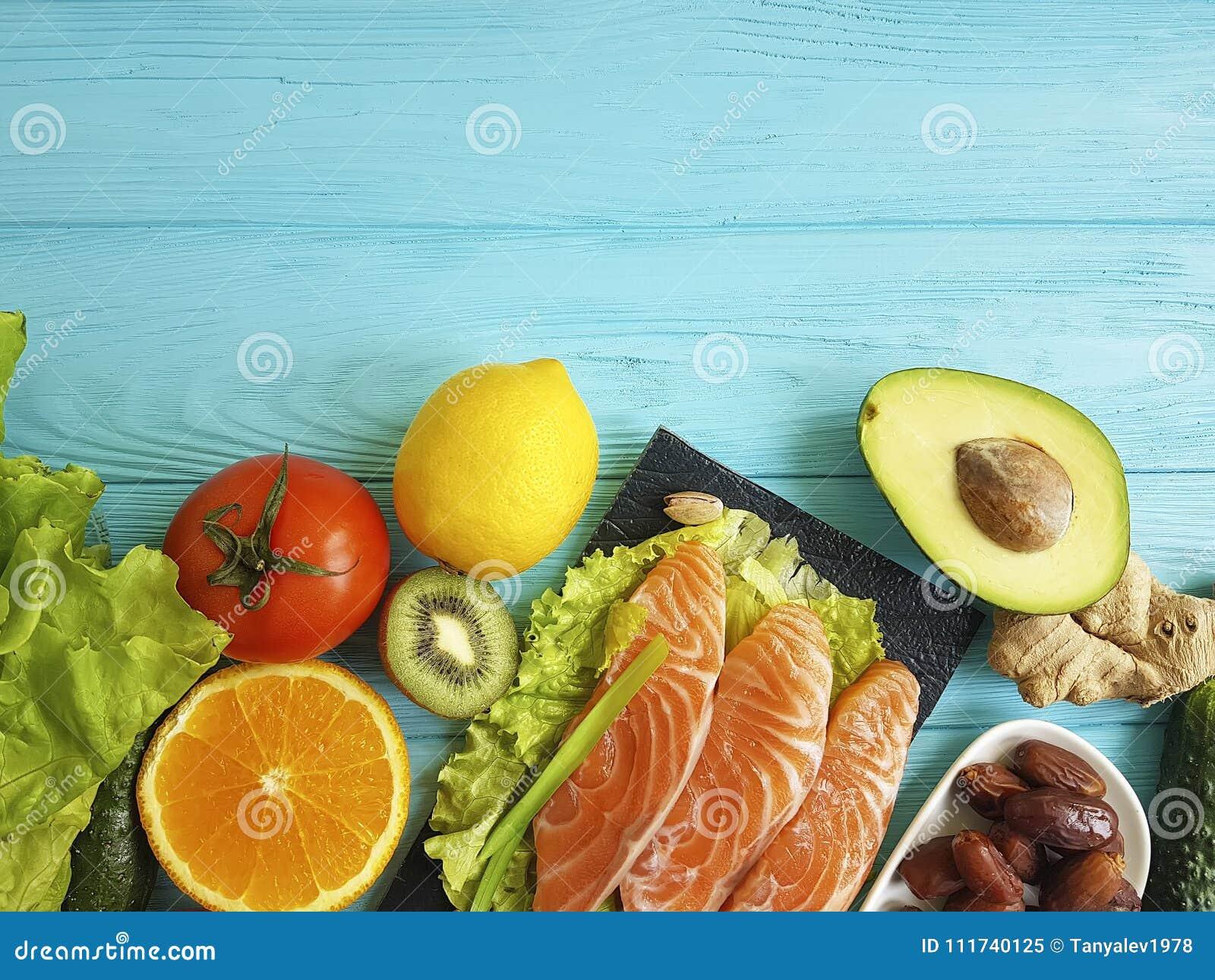 红色鱼Ω 3,新鲜的在蓝色木的鲕梨胡说的分类,构成健康食物