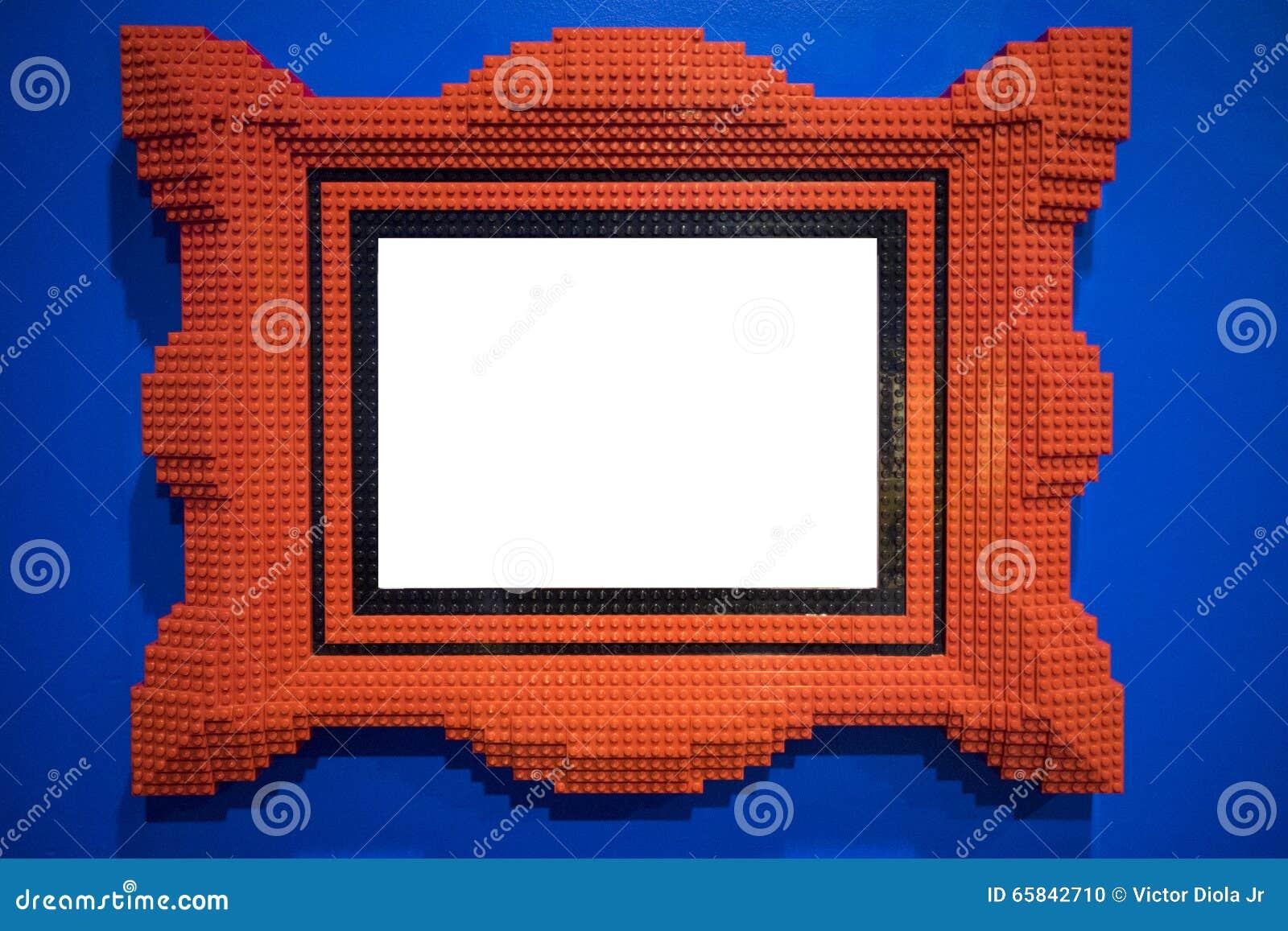 红色塑料块一起聚集形成画框 照片框架在蓝色色的墙壁上垂悬.图片