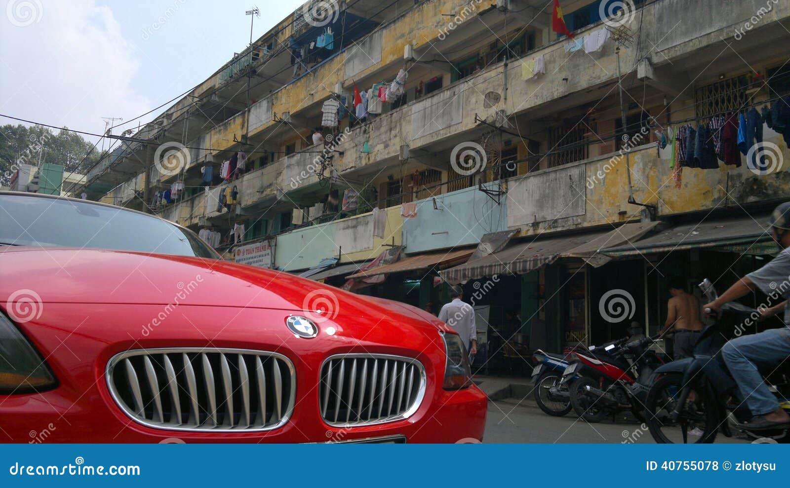 红色rodster汽车在越南贫民窟