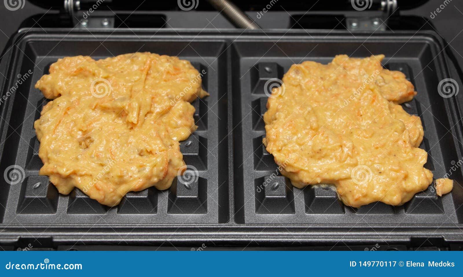 红萝卜奶蛋烘饼的自创面团在对开式铁心