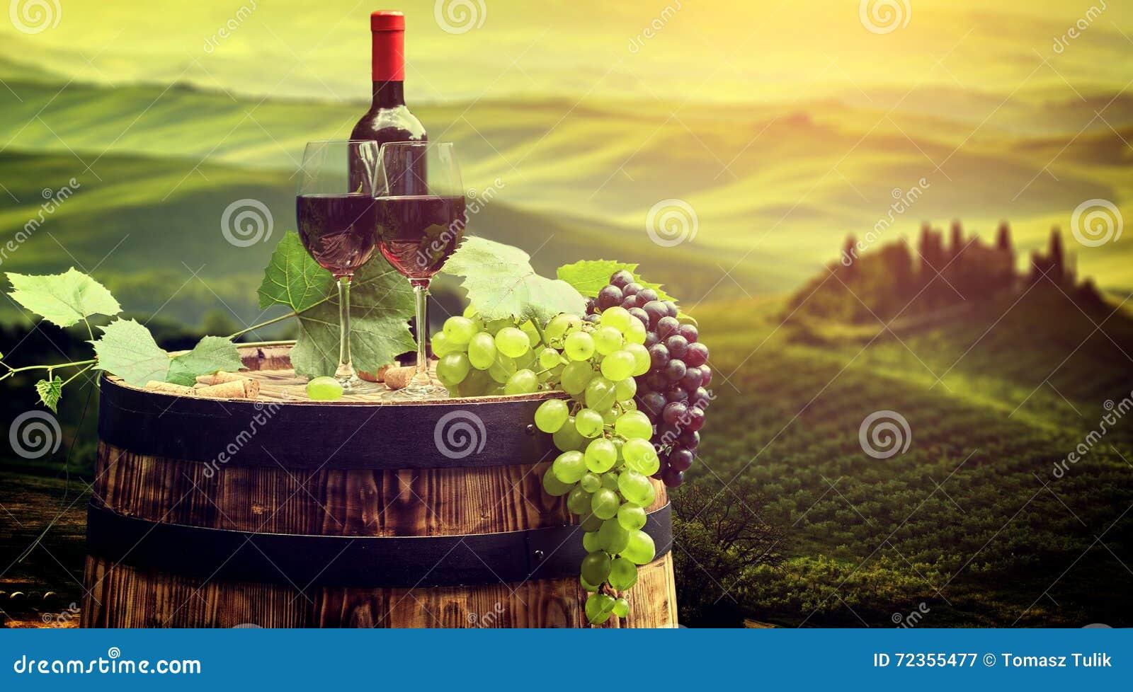 红葡萄酒瓶和玻璃wodden桶