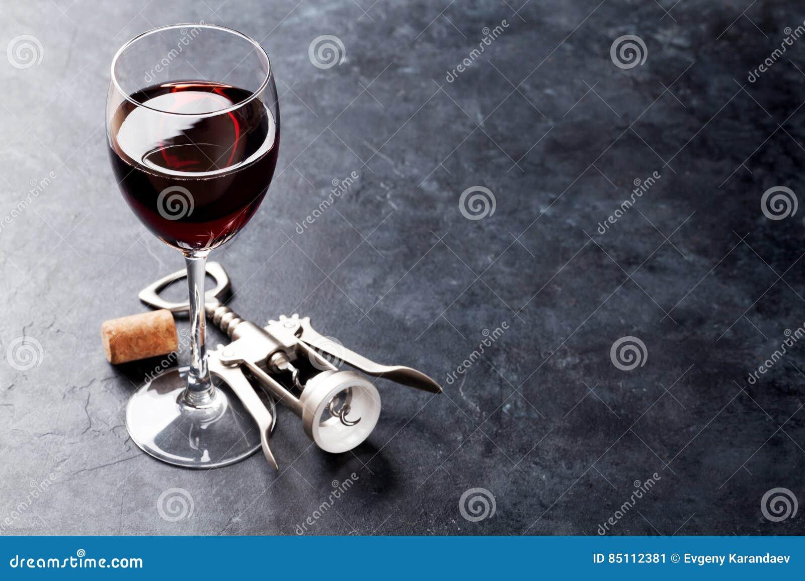 红葡萄酒玻璃和拔塞螺旋