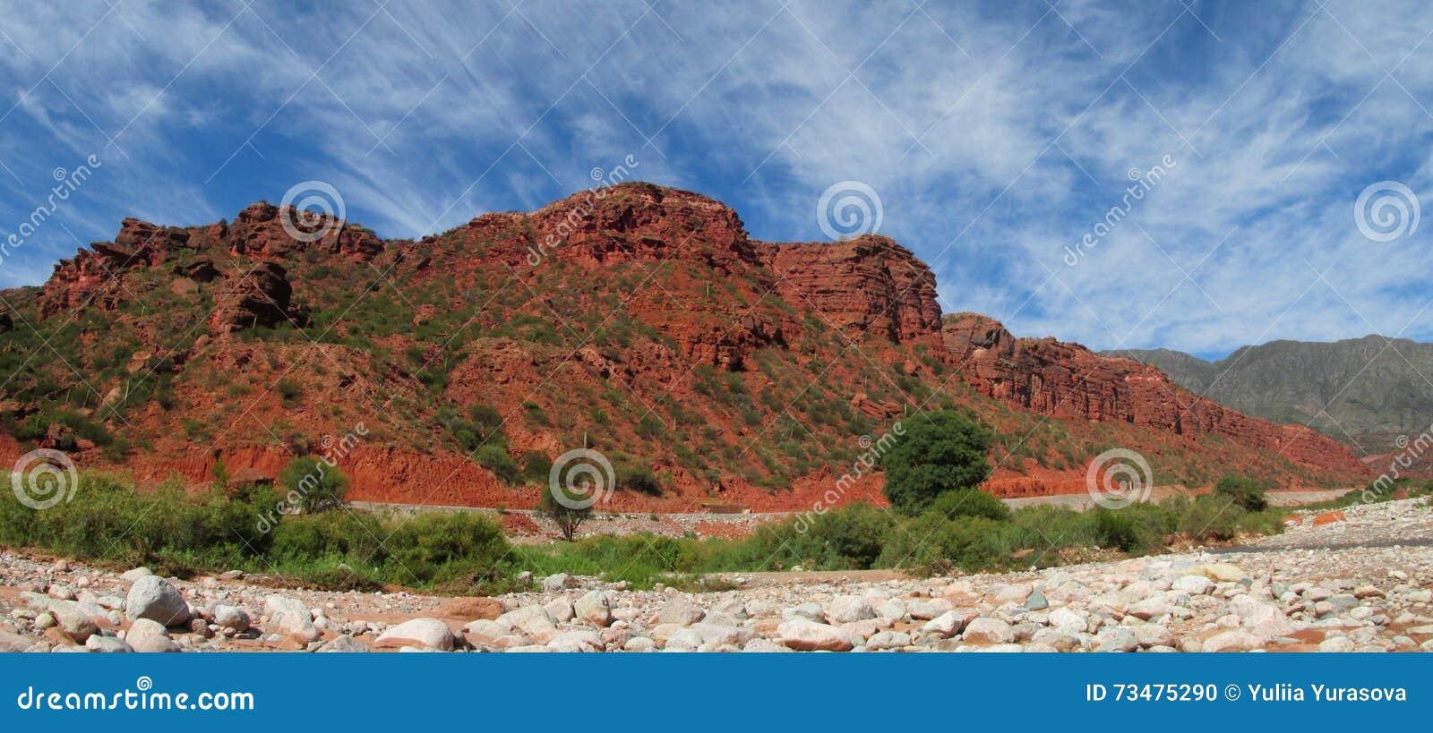 红颜色岩石风景