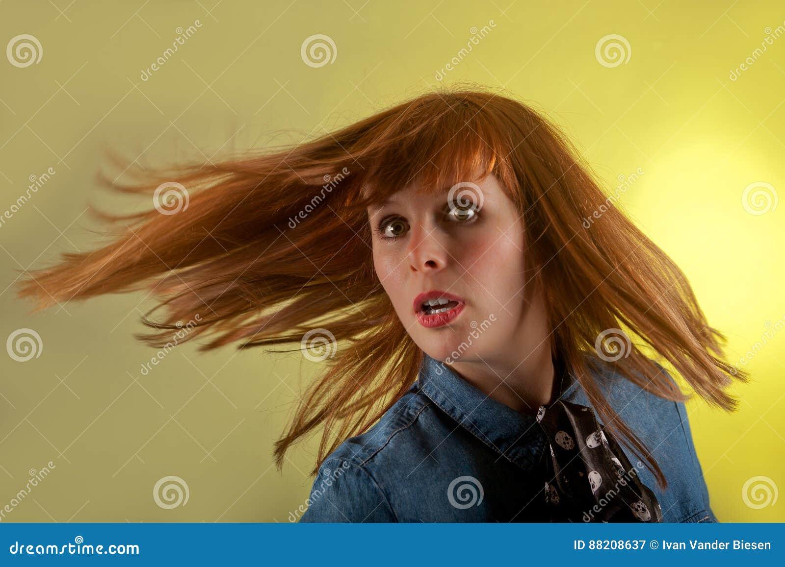 红头发人女孩黄色惊奇的背景