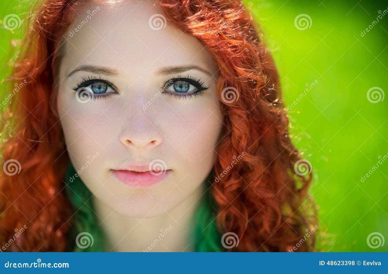美丽的红头发人女孩面孔特写镜头.图片