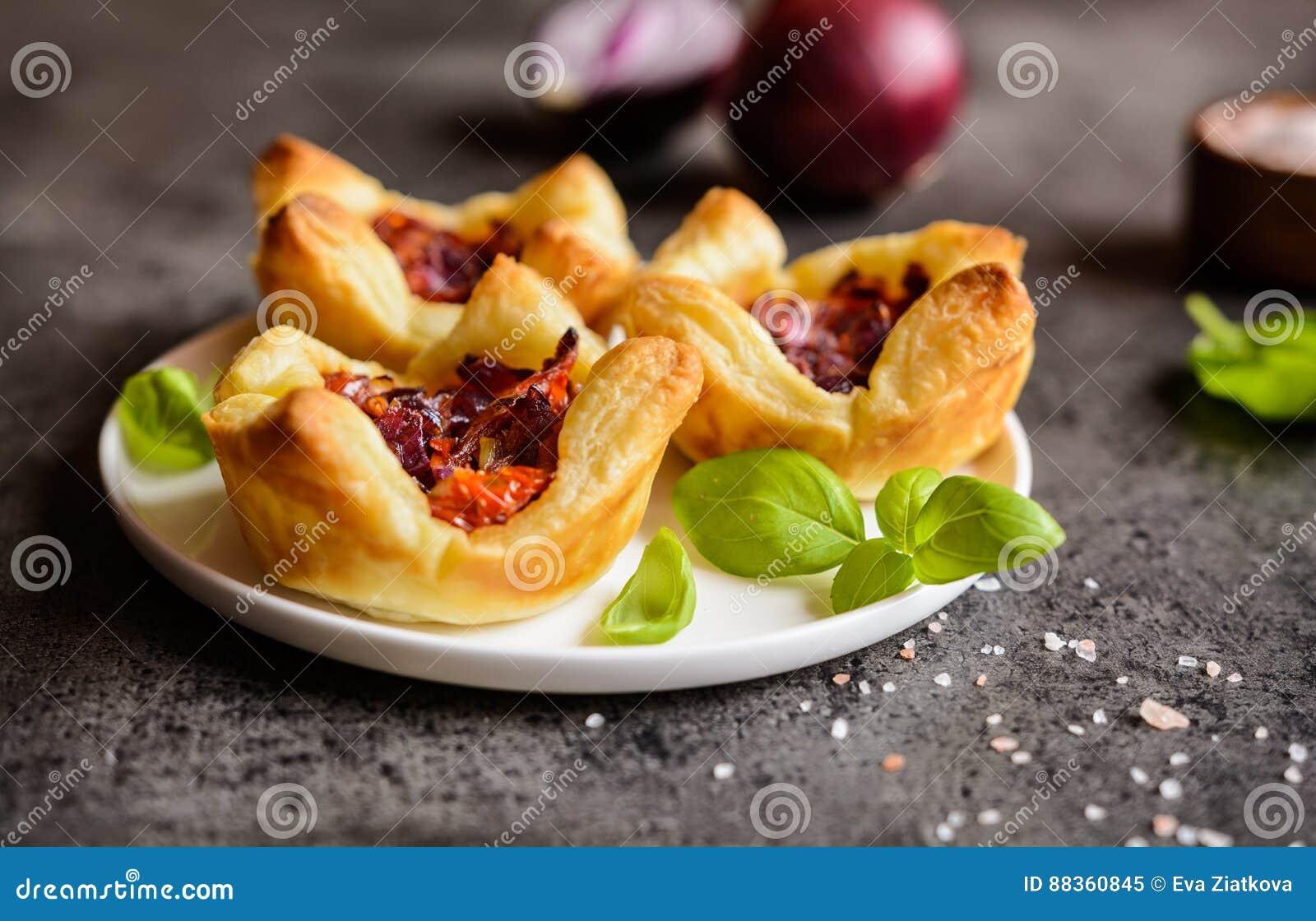 红洋葱和各式各样的蕃茄微型果子馅饼