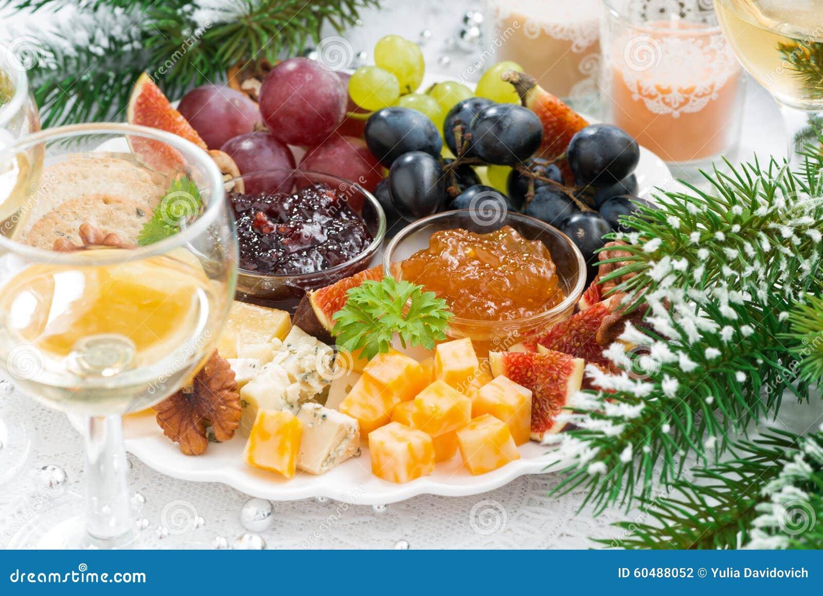 纤巧乳酪和果子板材在桌上