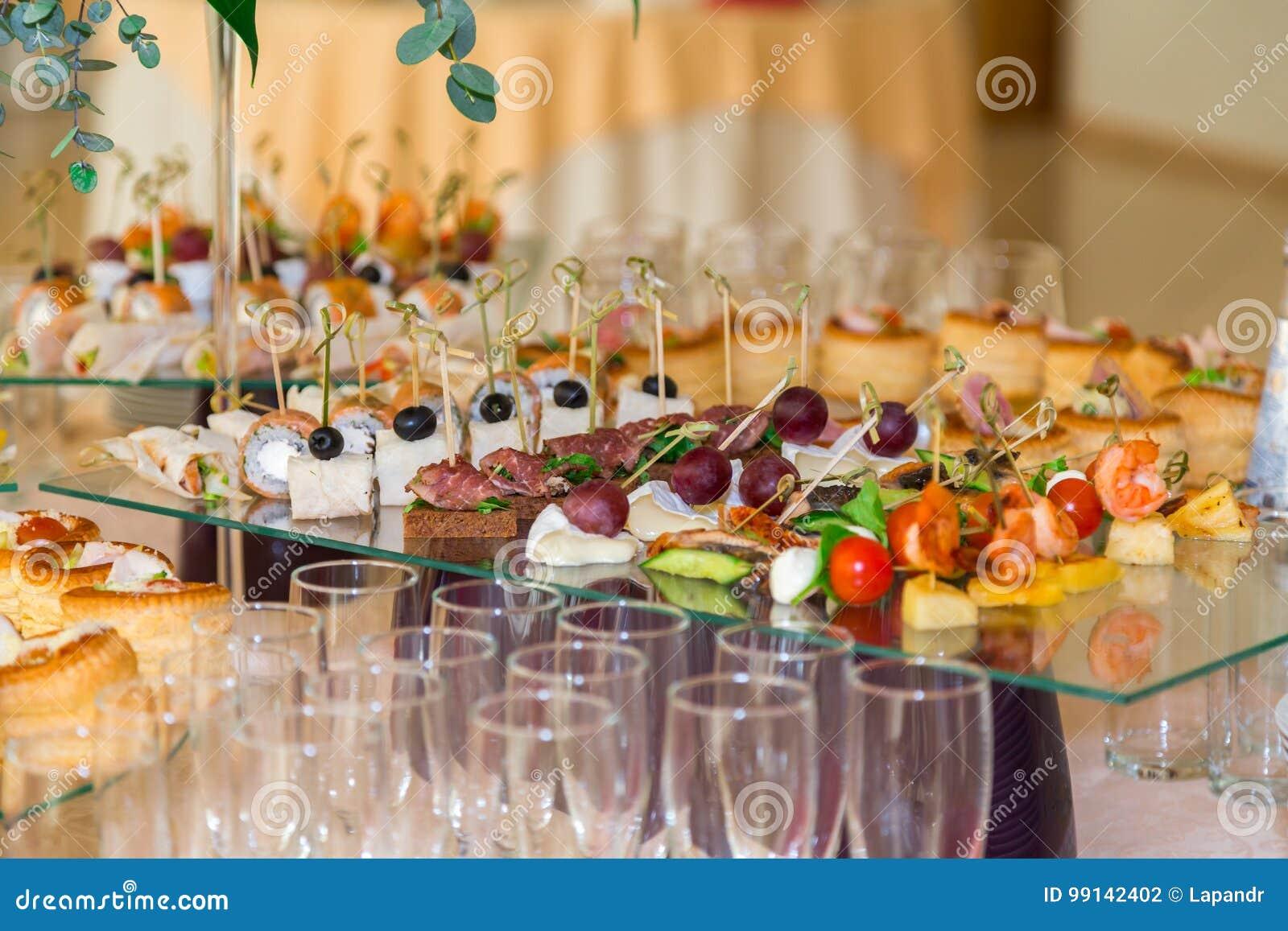 纤巧和快餐在宴会 自助餐庆祝 餐馆承办酒席 在招待会的表设置