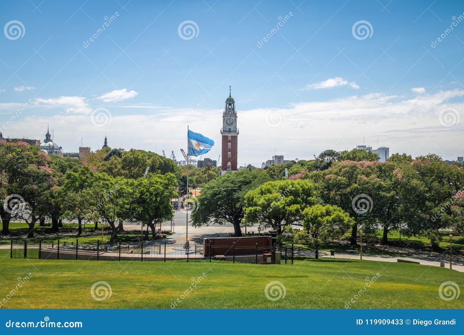 纪念钟塔或Torre de los Ingleses和圣马丁将军广场在Retiro -布宜诺斯艾利斯,阿根廷