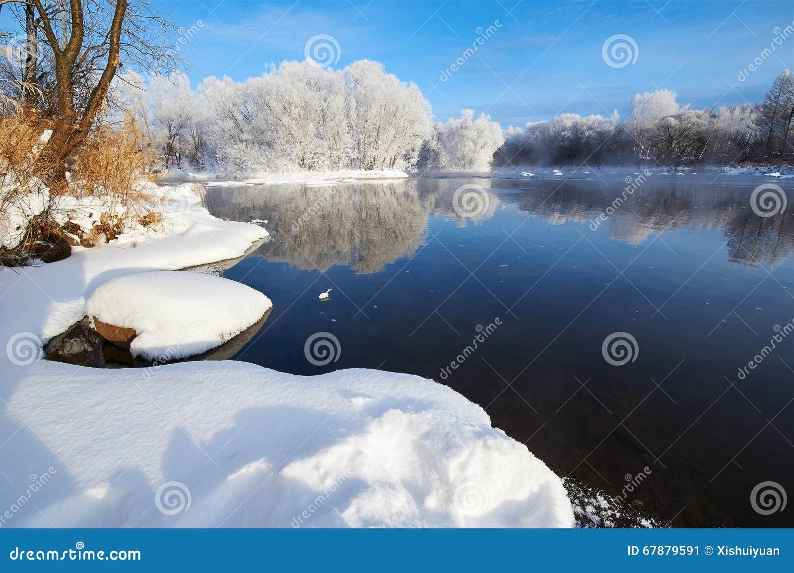 纯净的白色雪和冬天河
