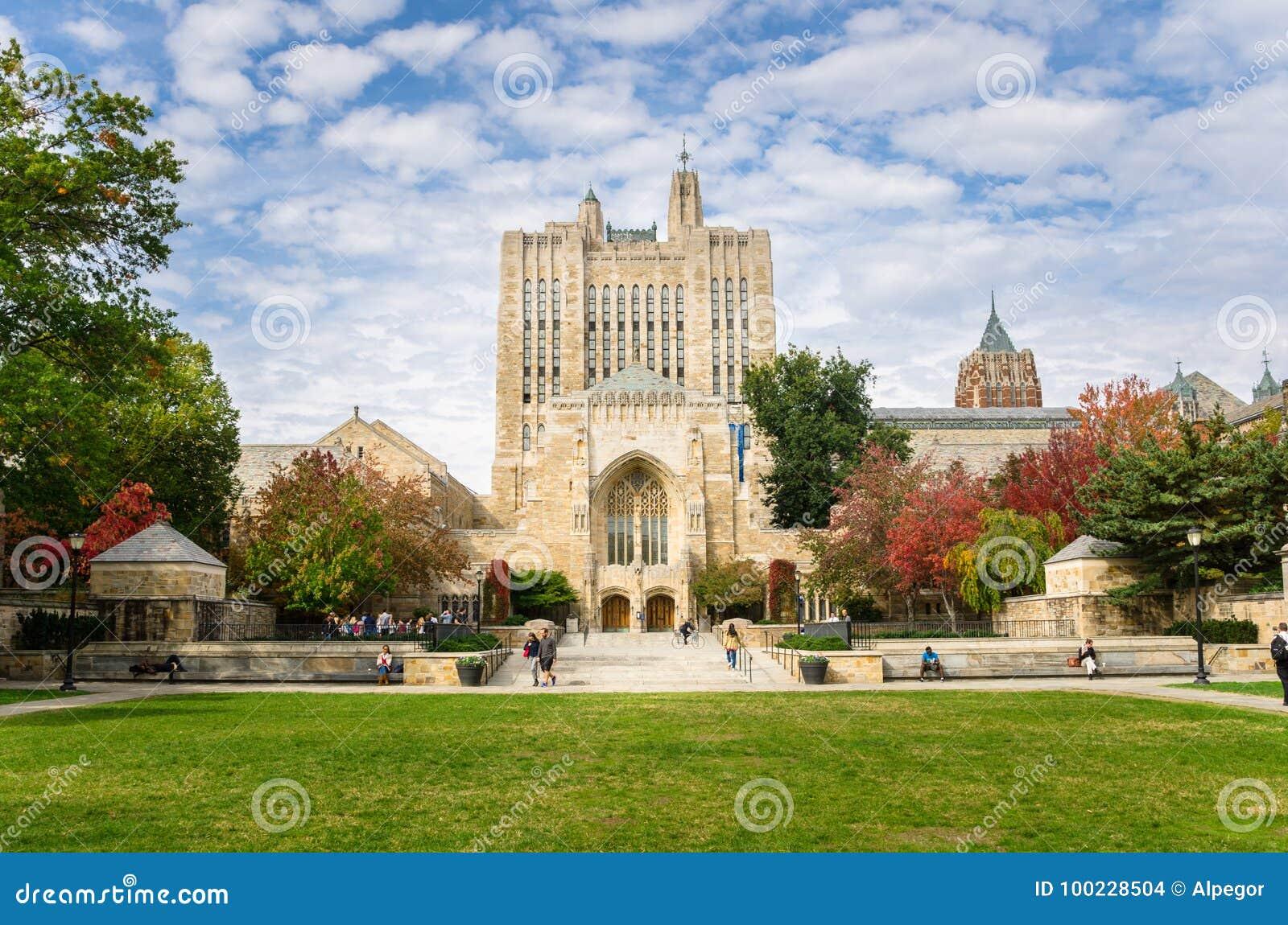 纯正的纪念图书馆在耶鲁大学校园里