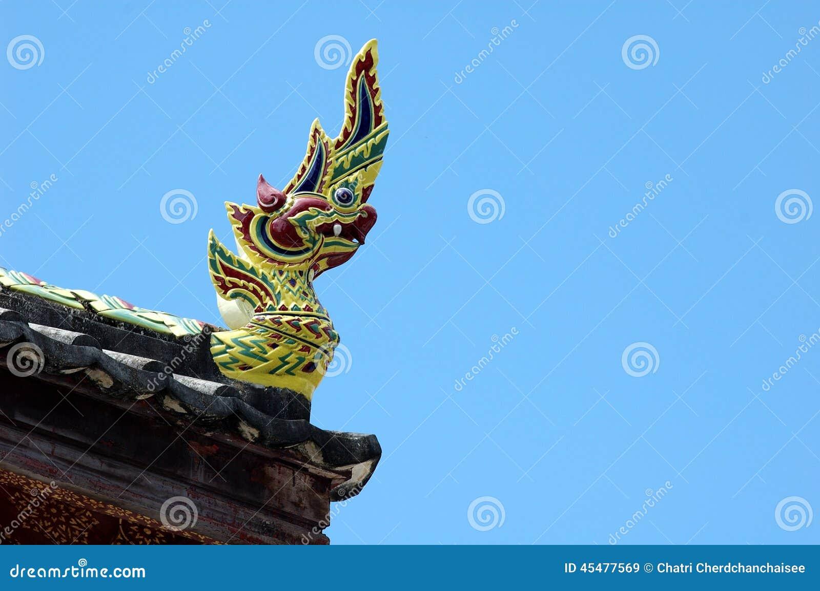 纳卡人雕象的国王在蓝天的