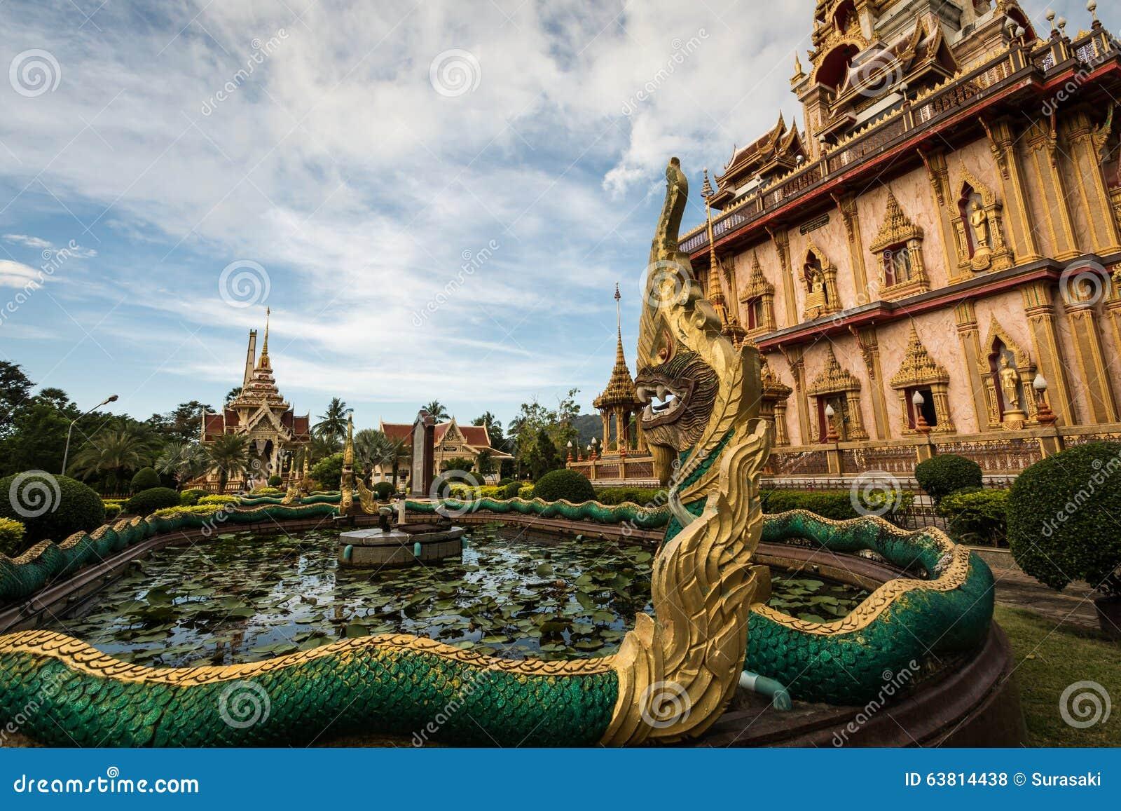 纳卡语在chalong寺庙雕刻,普吉岛,泰国庭院里