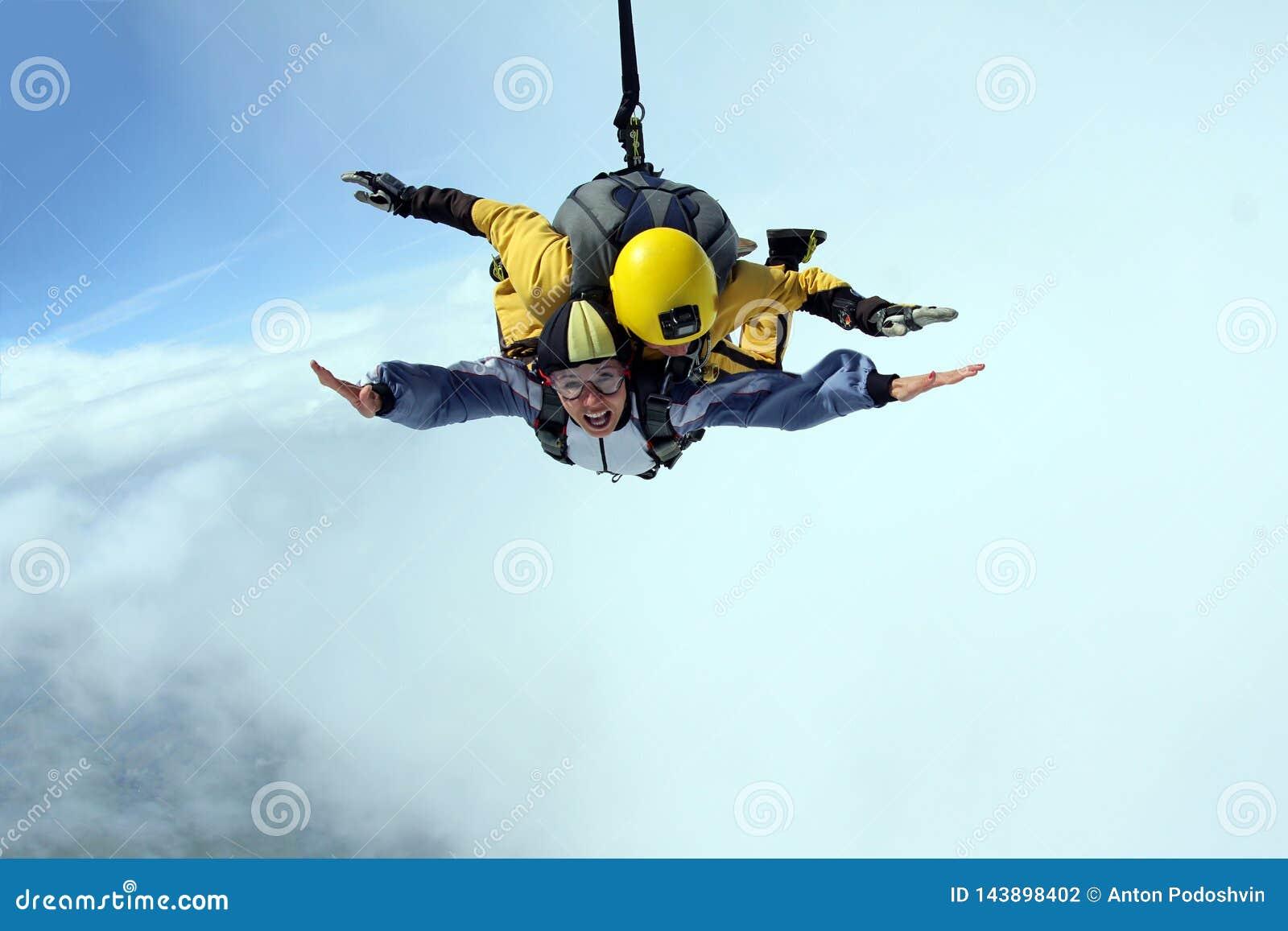 纵排上涨 在天空蔚蓝的Skydiving
