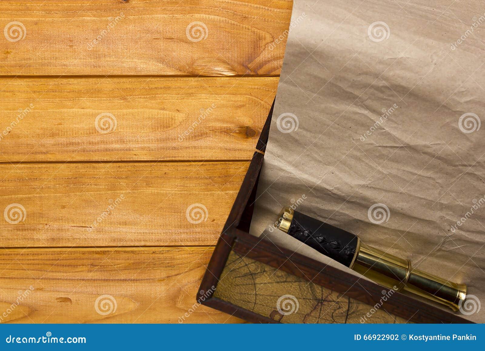 纸卷和望远镜在老箱子