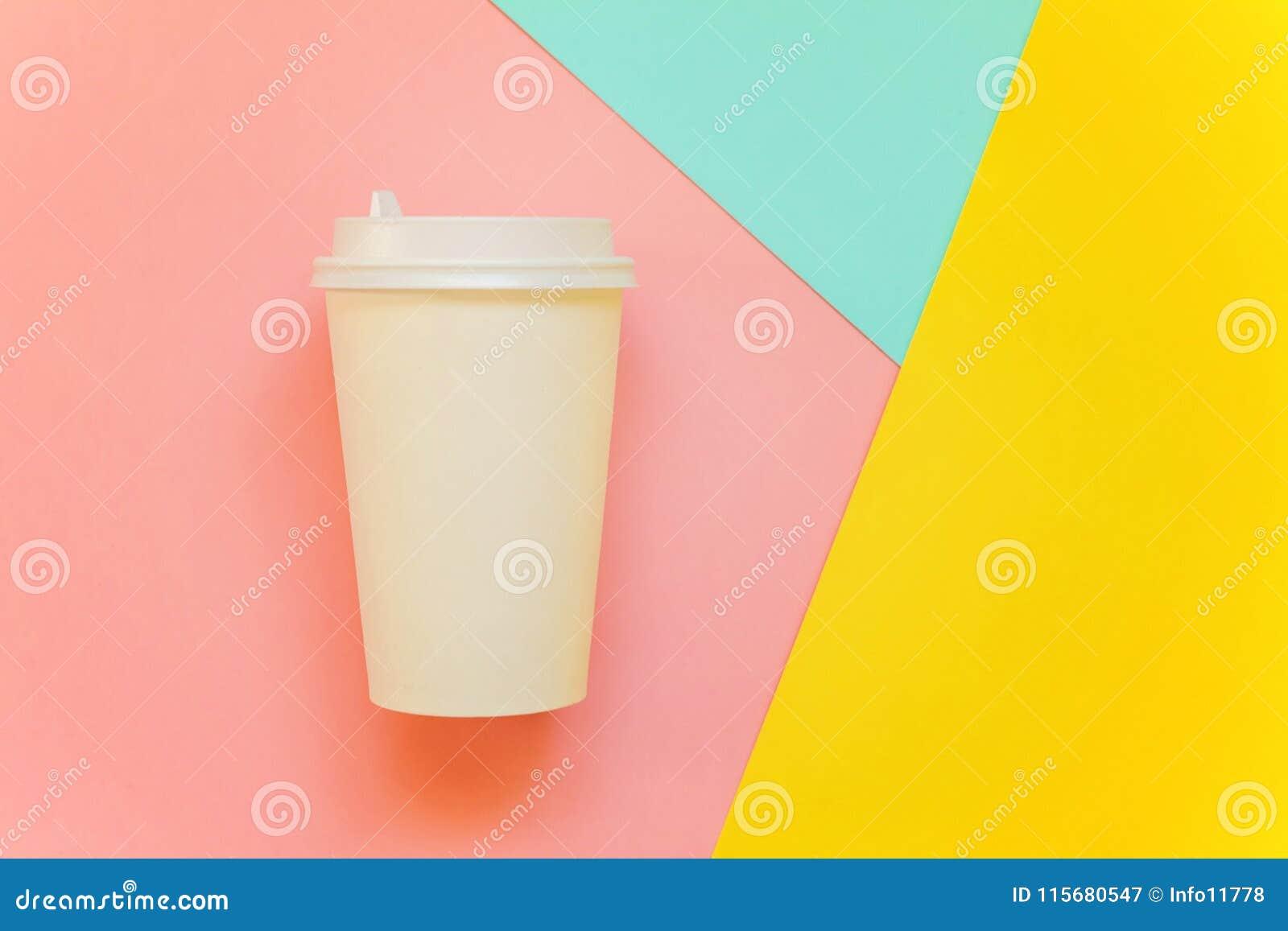 纸咖啡在五颜六色的背景的