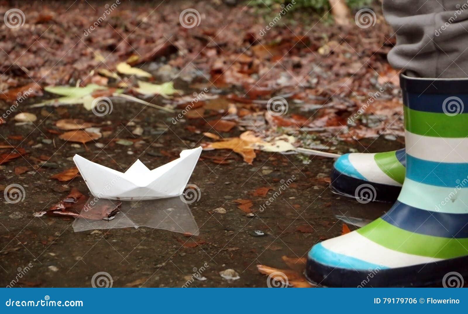纸小船和他的反射在秋天