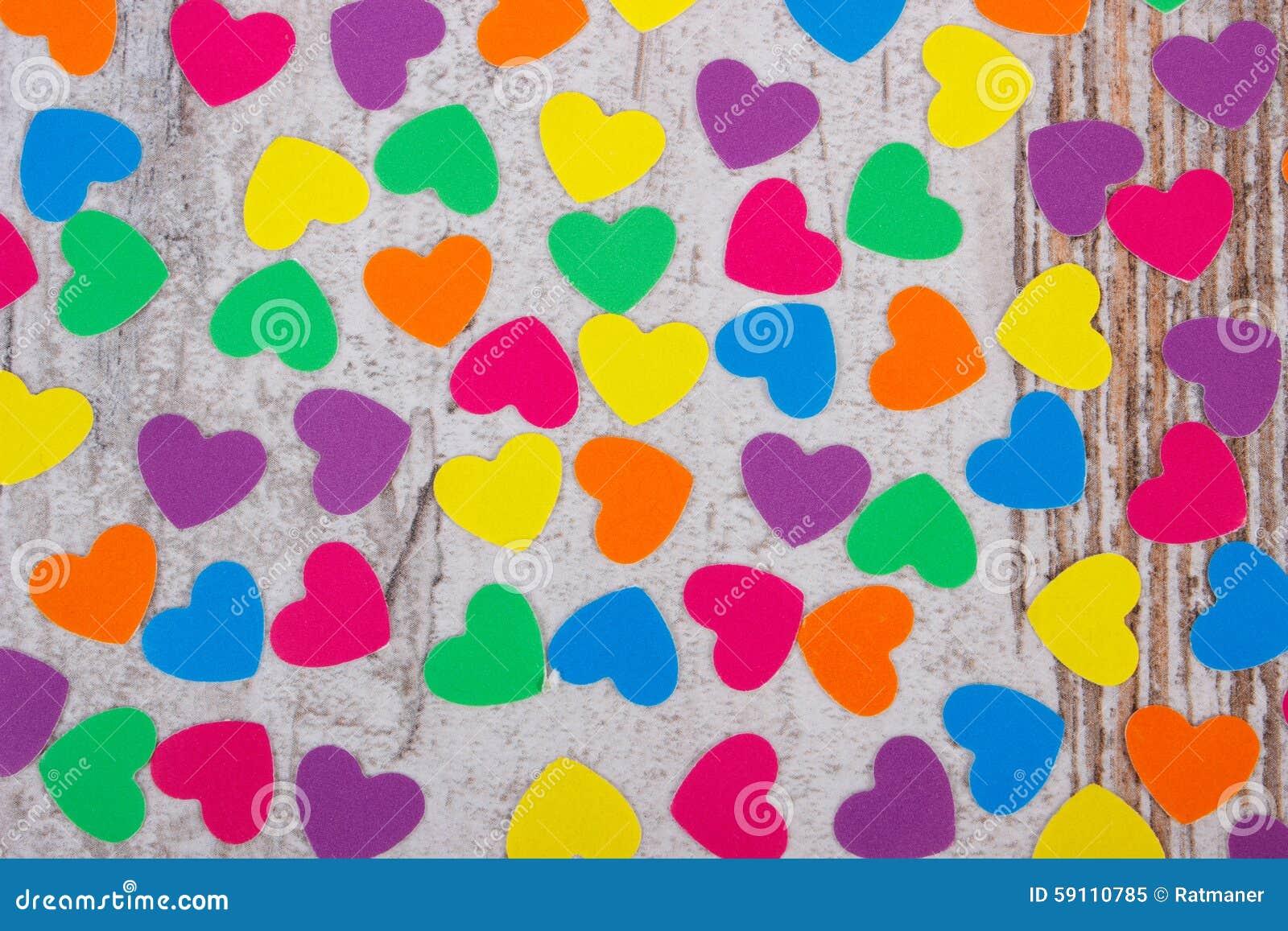 纸的五颜六色的心脏华伦泰的老木背景的