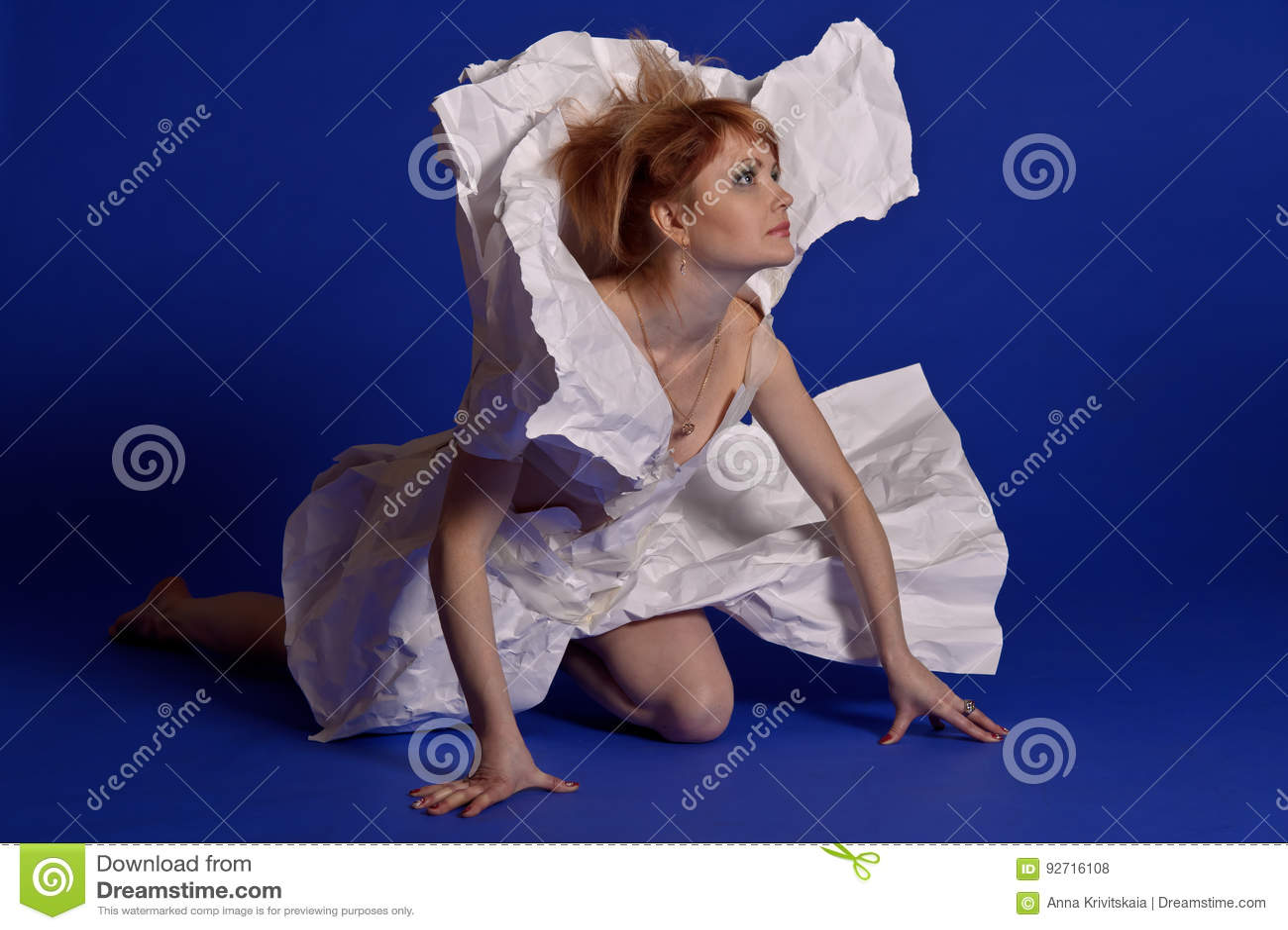 纸礼服的妇女