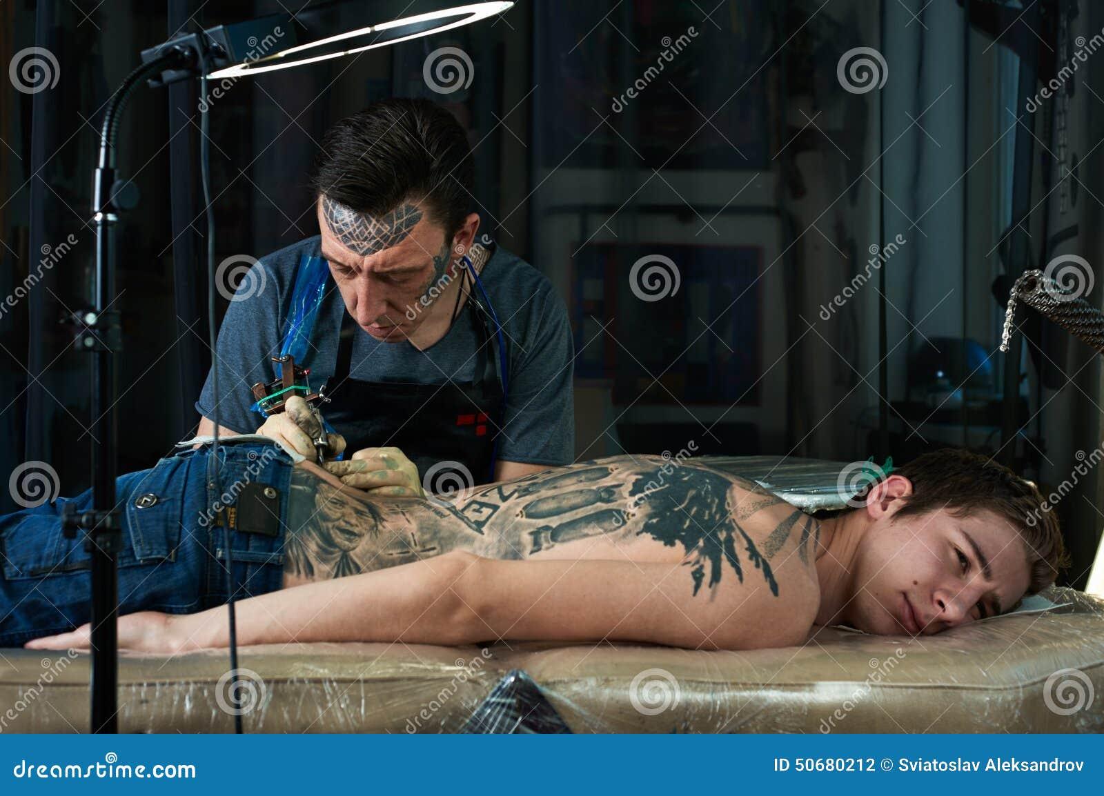 Download 纹身花刺艺术家图画纹身花刺在演播室 库存照片. 图片 包括有 方式, 黑暗, 白种人, 油漆, 文化, 纵向 - 50680212