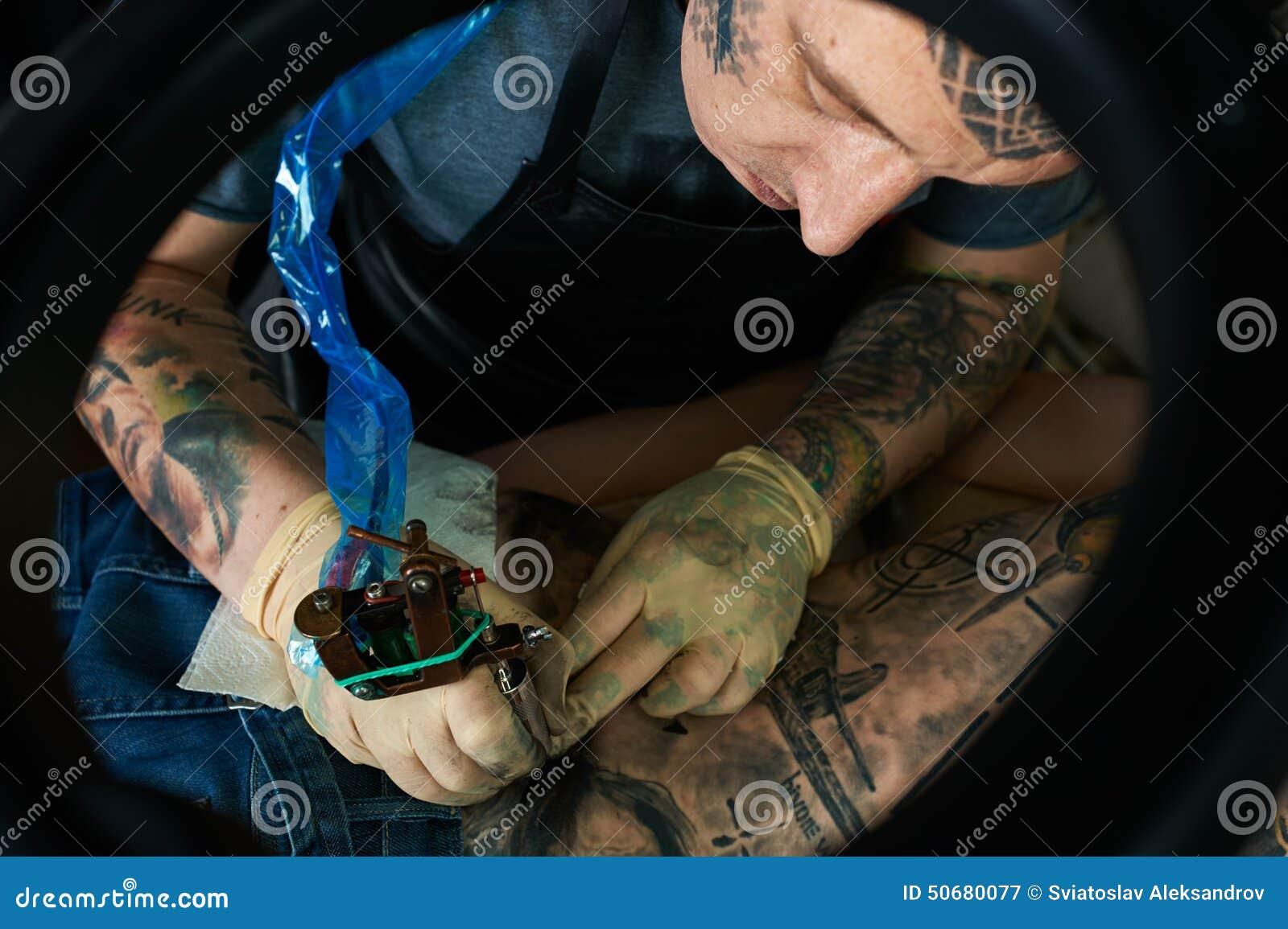 Download 纹身花刺艺术家在演播室 特写镜头 库存图片. 图片 包括有 有效地, 创建, 客户, 欧洲, 文化, 装饰 - 50680077