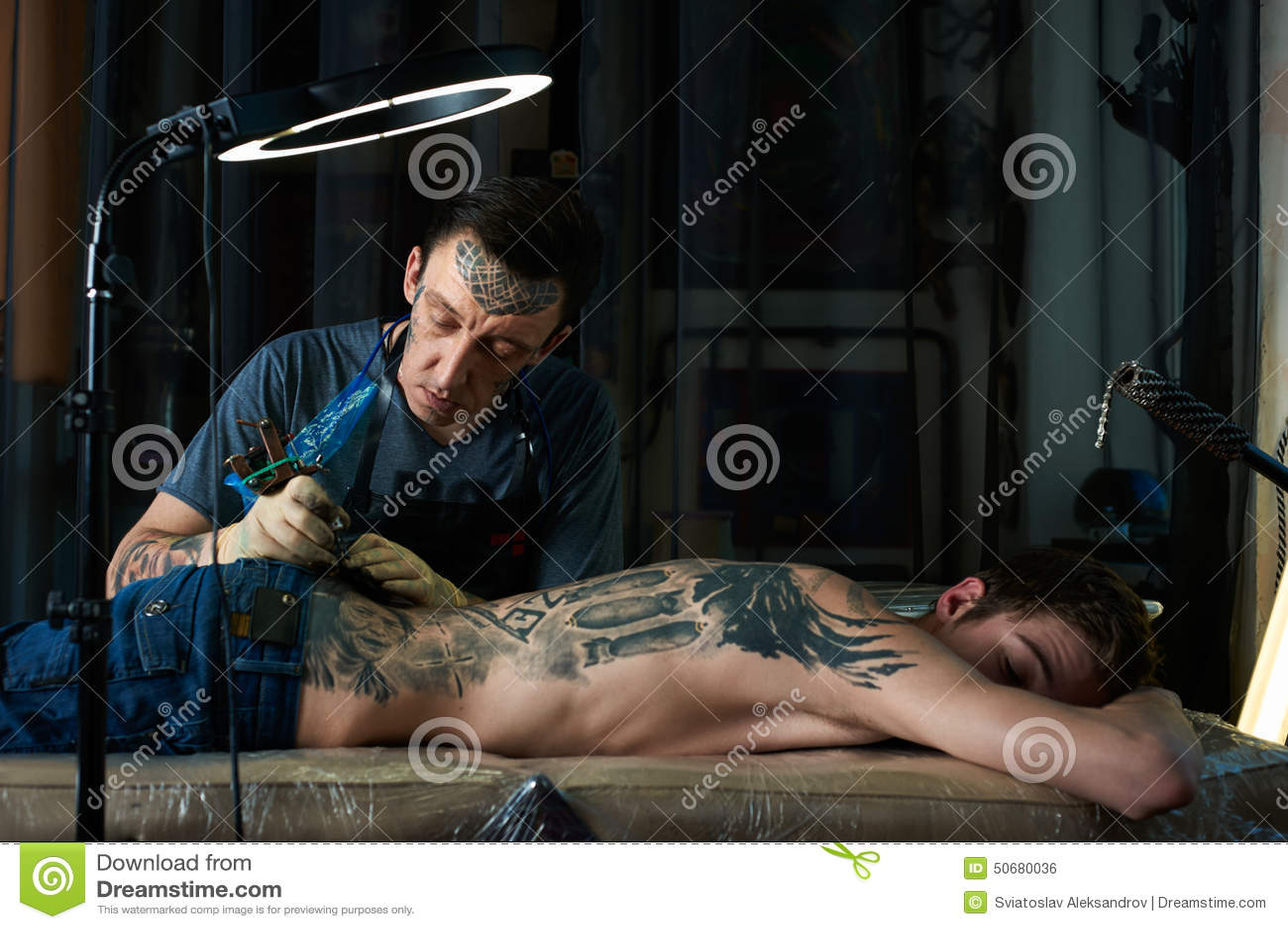 Download 纹身花刺艺术家演播室 库存照片. 图片 包括有 人们, 油漆, 创建, 黑暗, 纵向, 设备, 爱好健美者 - 50680036