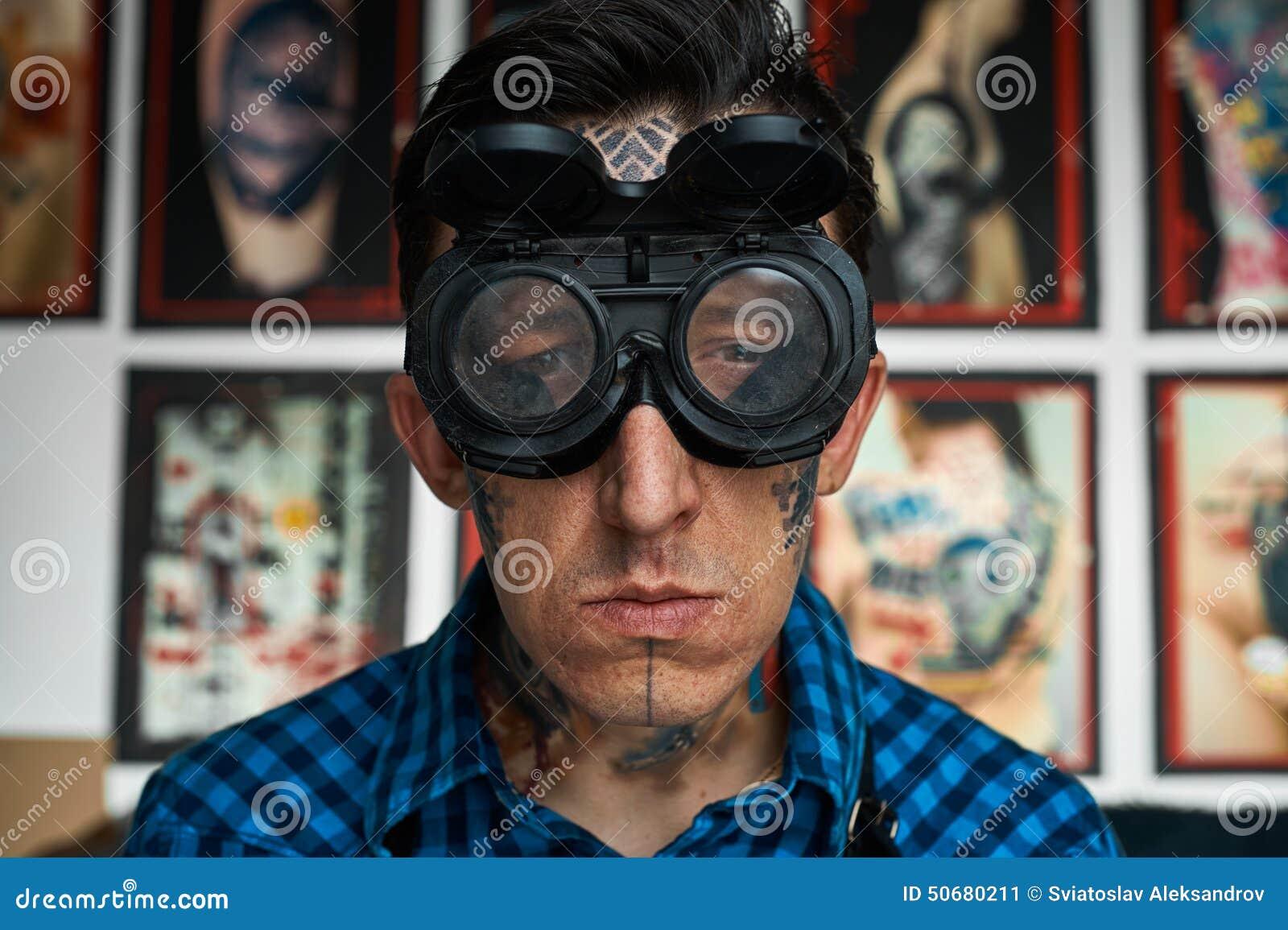 Download 纹身花刺艺术家画象焊工玻璃的 库存图片. 图片 包括有 表皮, 爱好健美者, 重要资料, 成人, 实际, 纵向 - 50680211